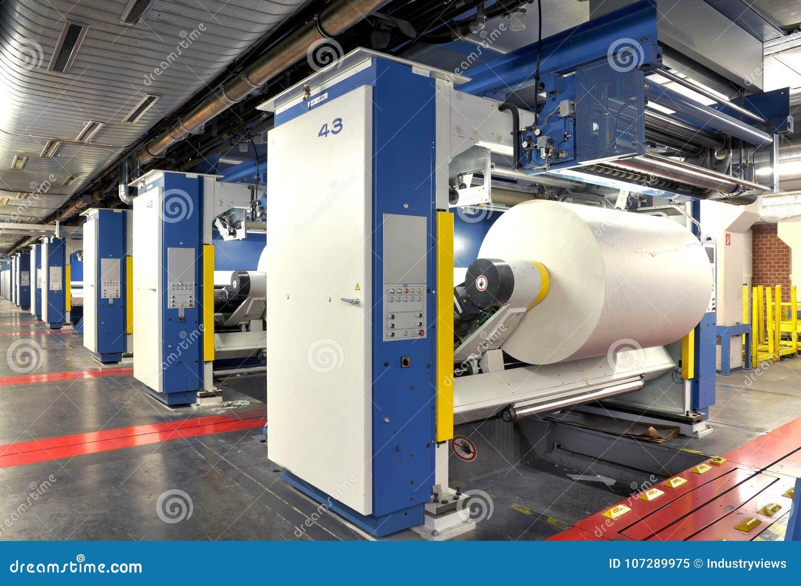 Rolo de papel em uma imprensa do offset para terminar/que imprime diariamente
