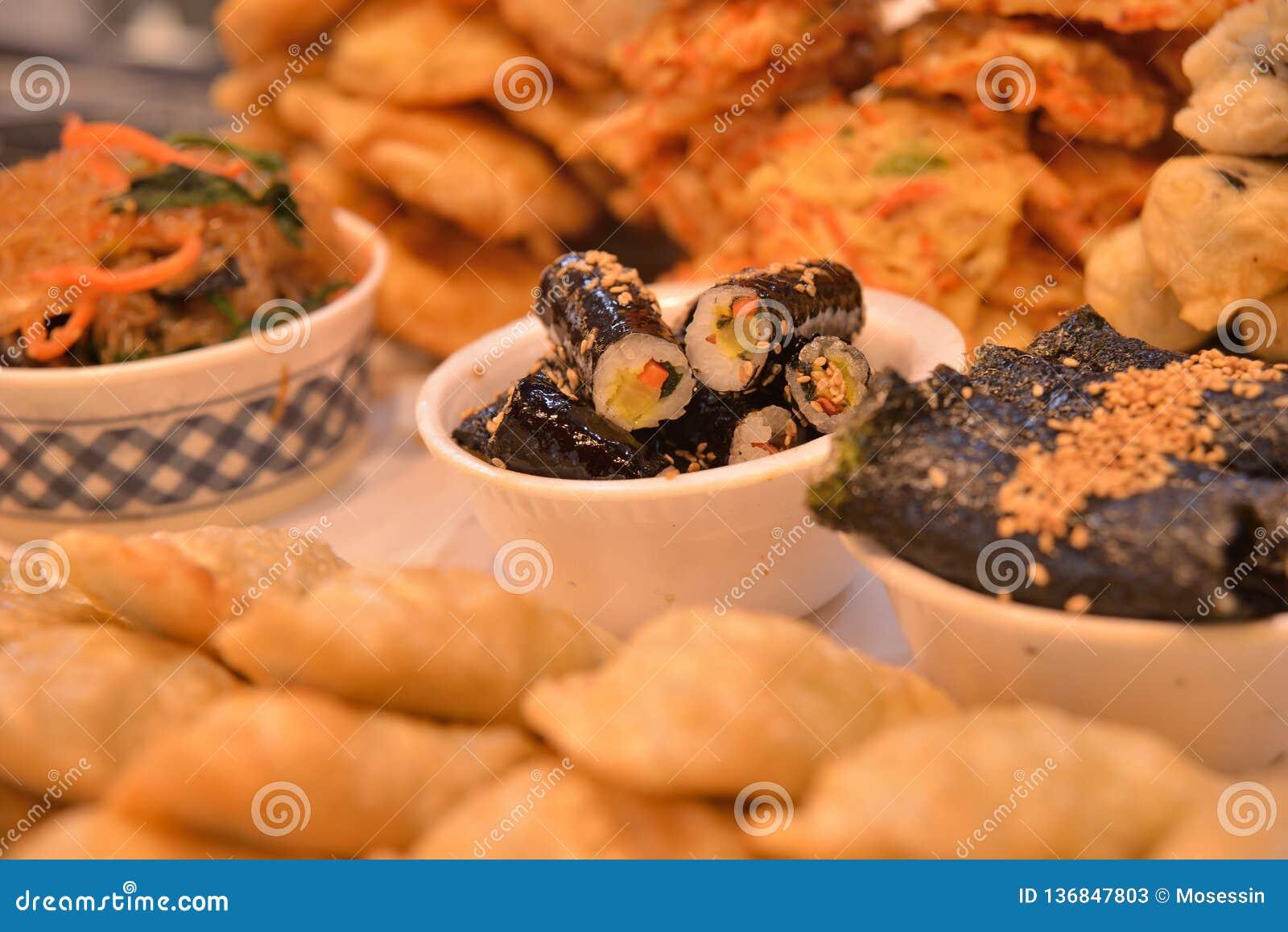 Rolo de sushi coreano do estilo na bacia