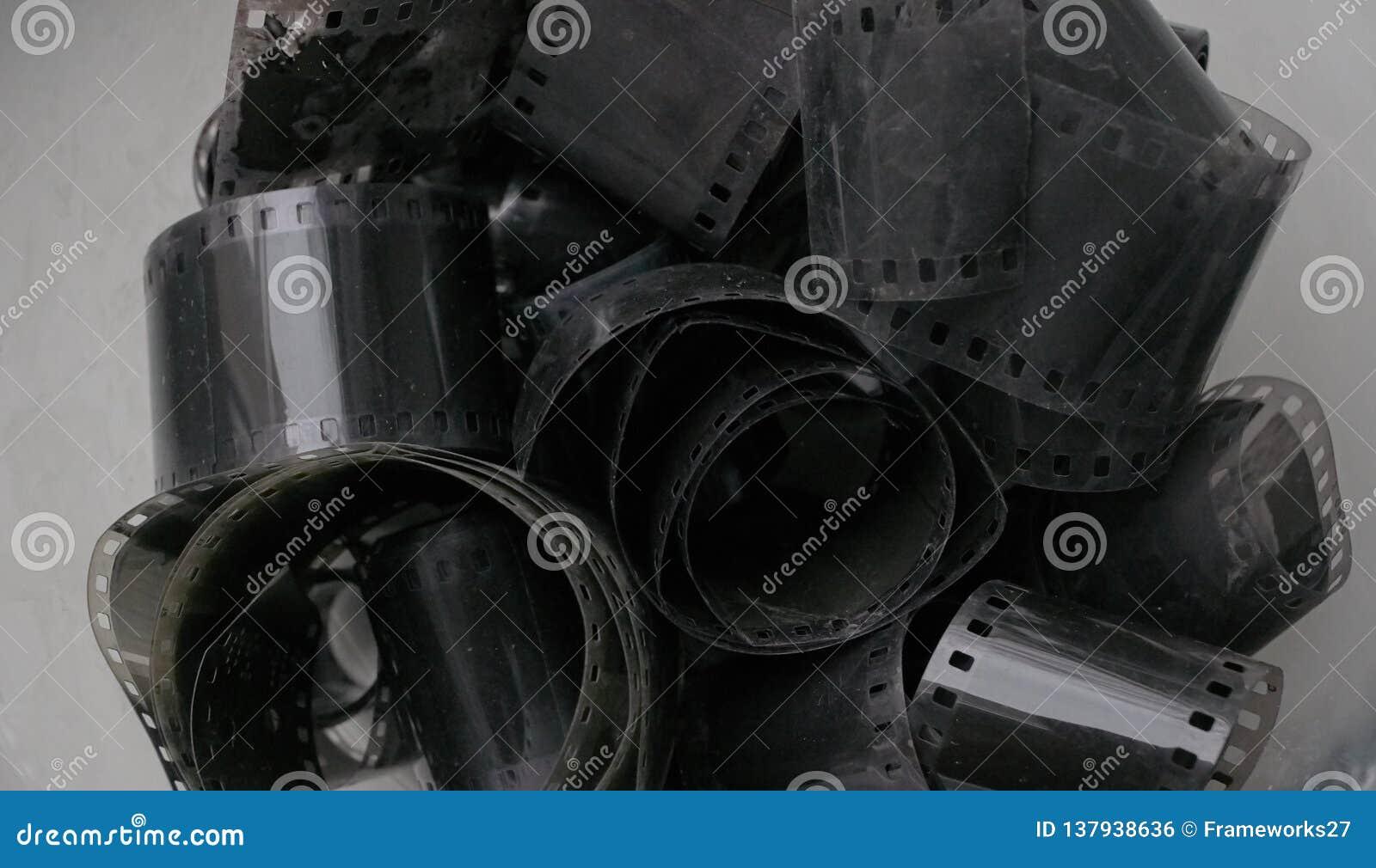 Rolos de filme negativo 35mm preto e branco antigos