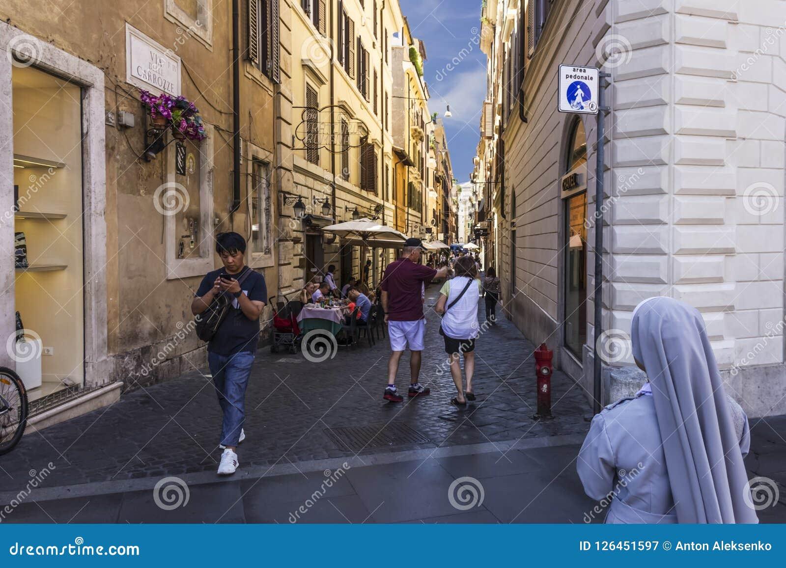 Rom/Italien - 26. August 2018: Italienische Straße über Delle Carrozze mit Touristen, Straßencafés und votaress