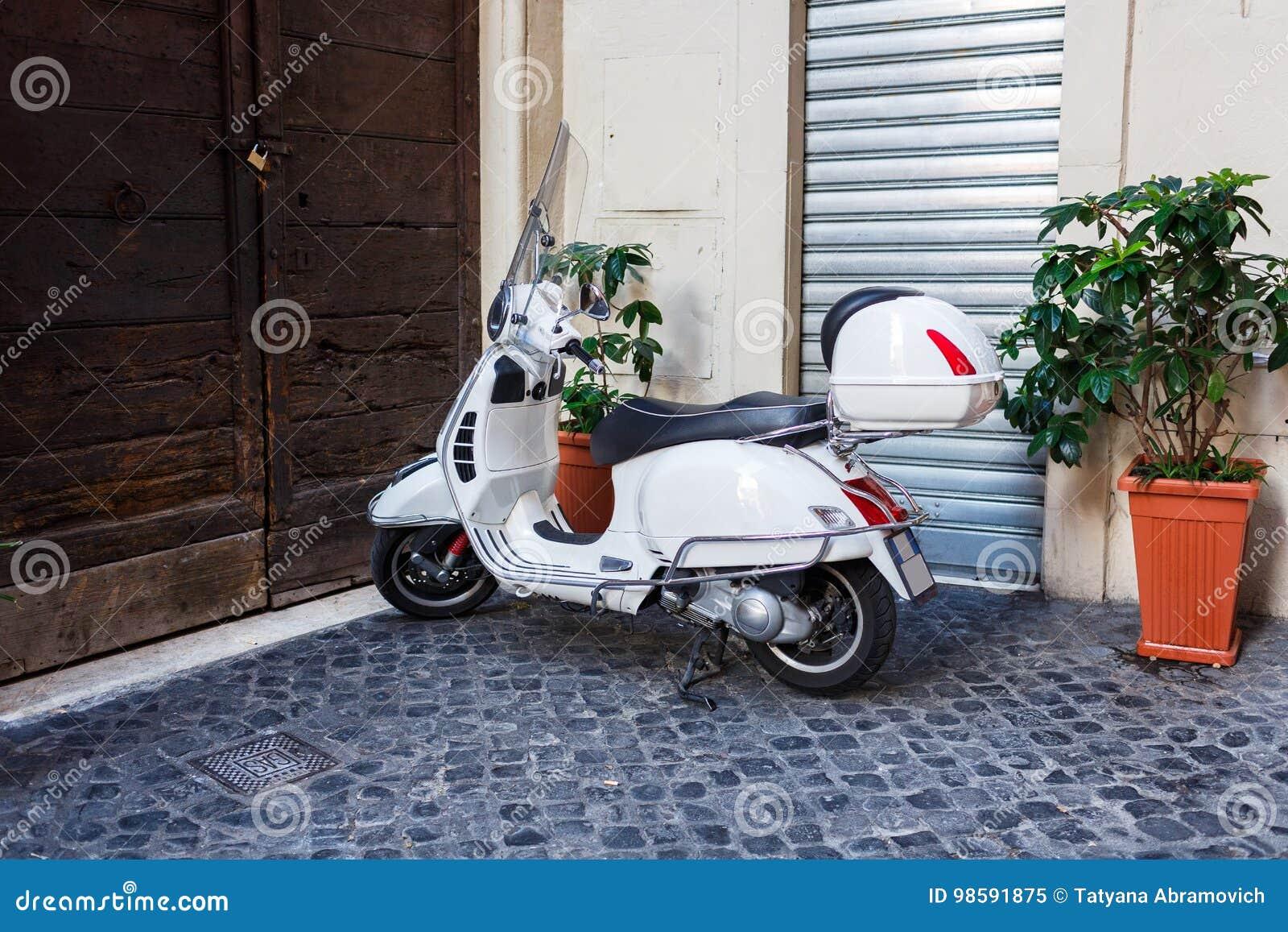 ROM, ITALIEN - 9. September 2016: Parken von Motorrädern auf der Straße von Rom, Fahrrad, Geschichte, Retro-, klassisch