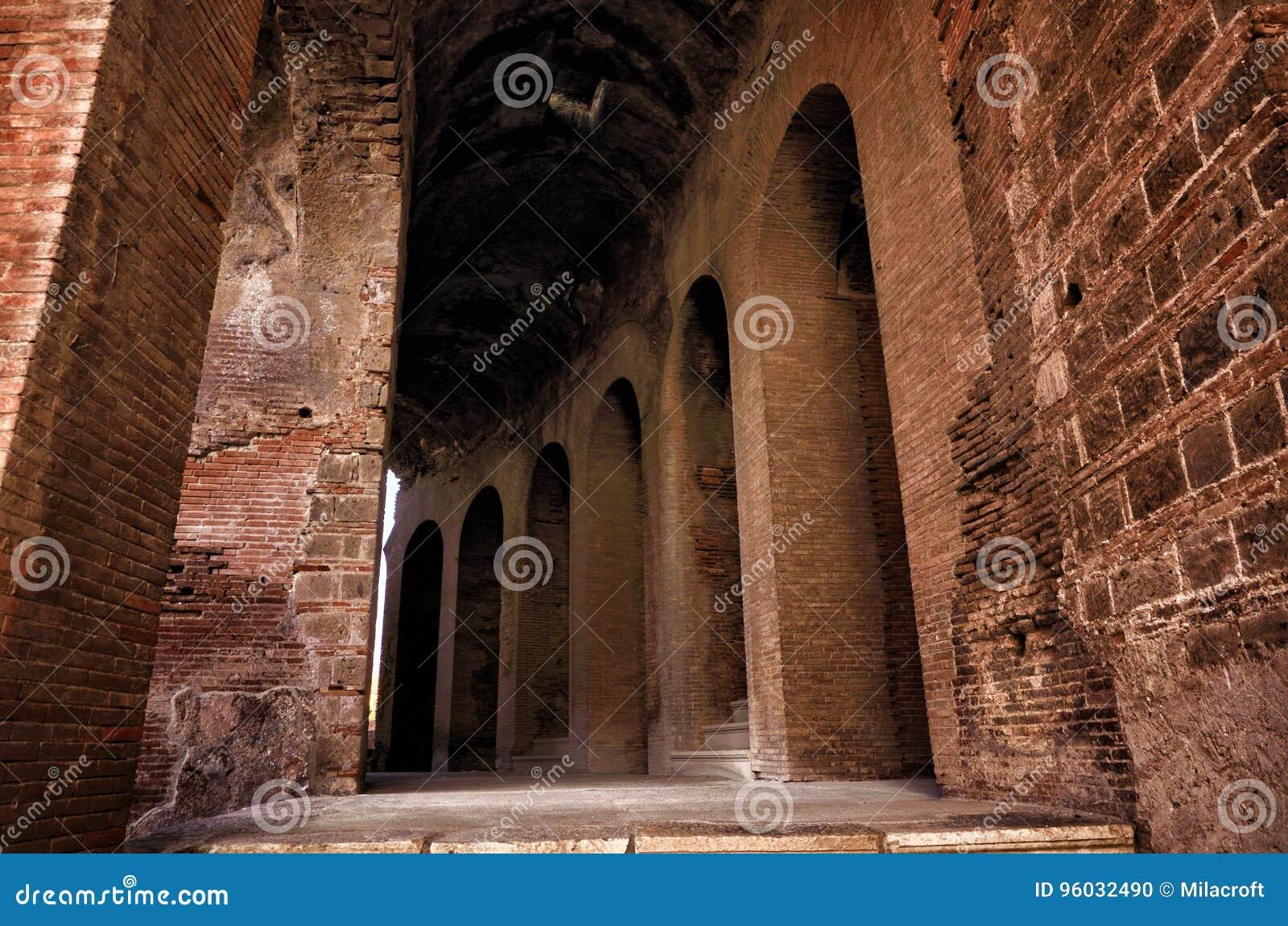 Romański amfiteatr Capua Włochy