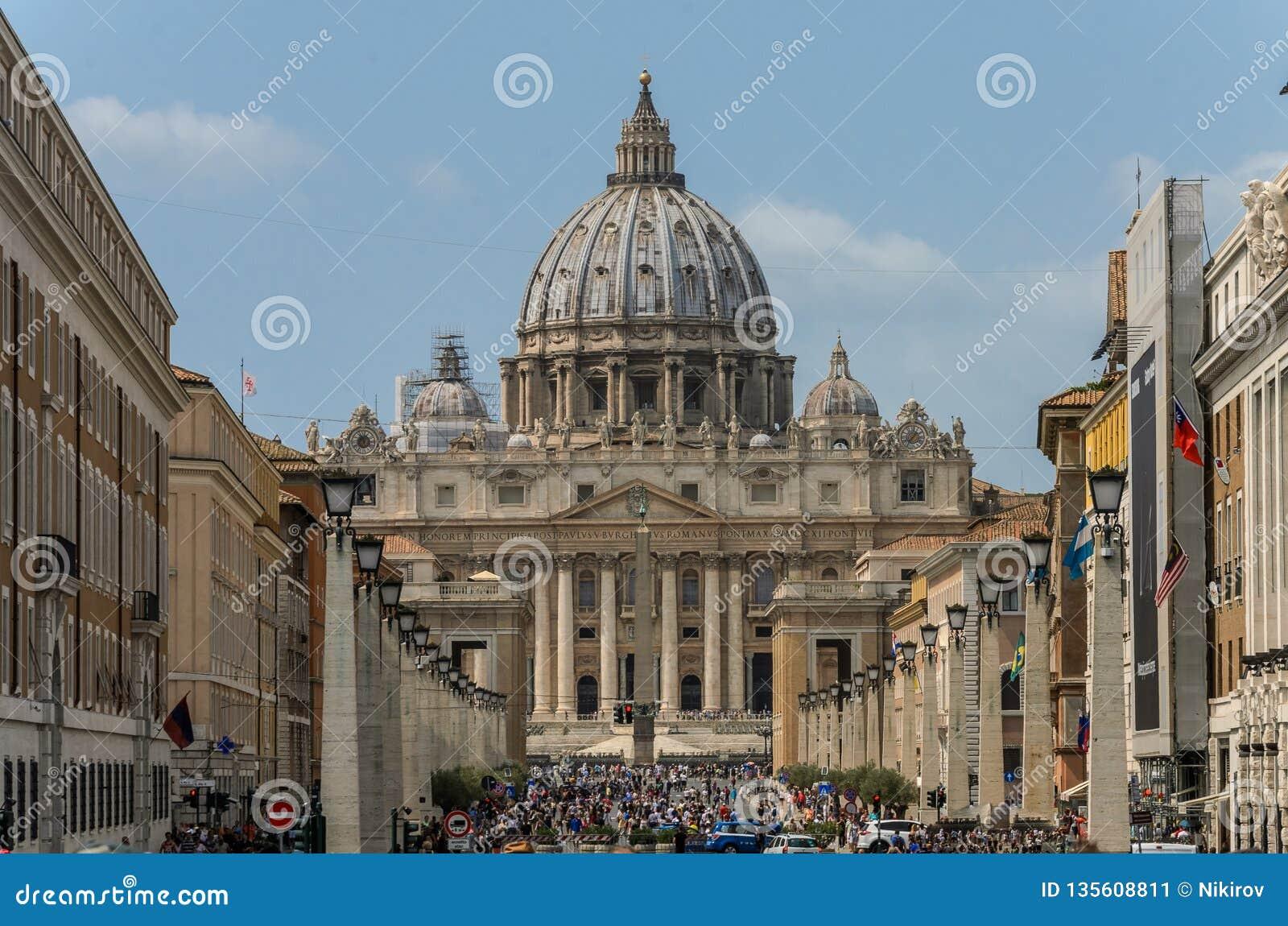 ROMA, ИТАЛИЯ - АВГУСТ 2018: Туристы в центральной площади Ватикана на соборе St Peter