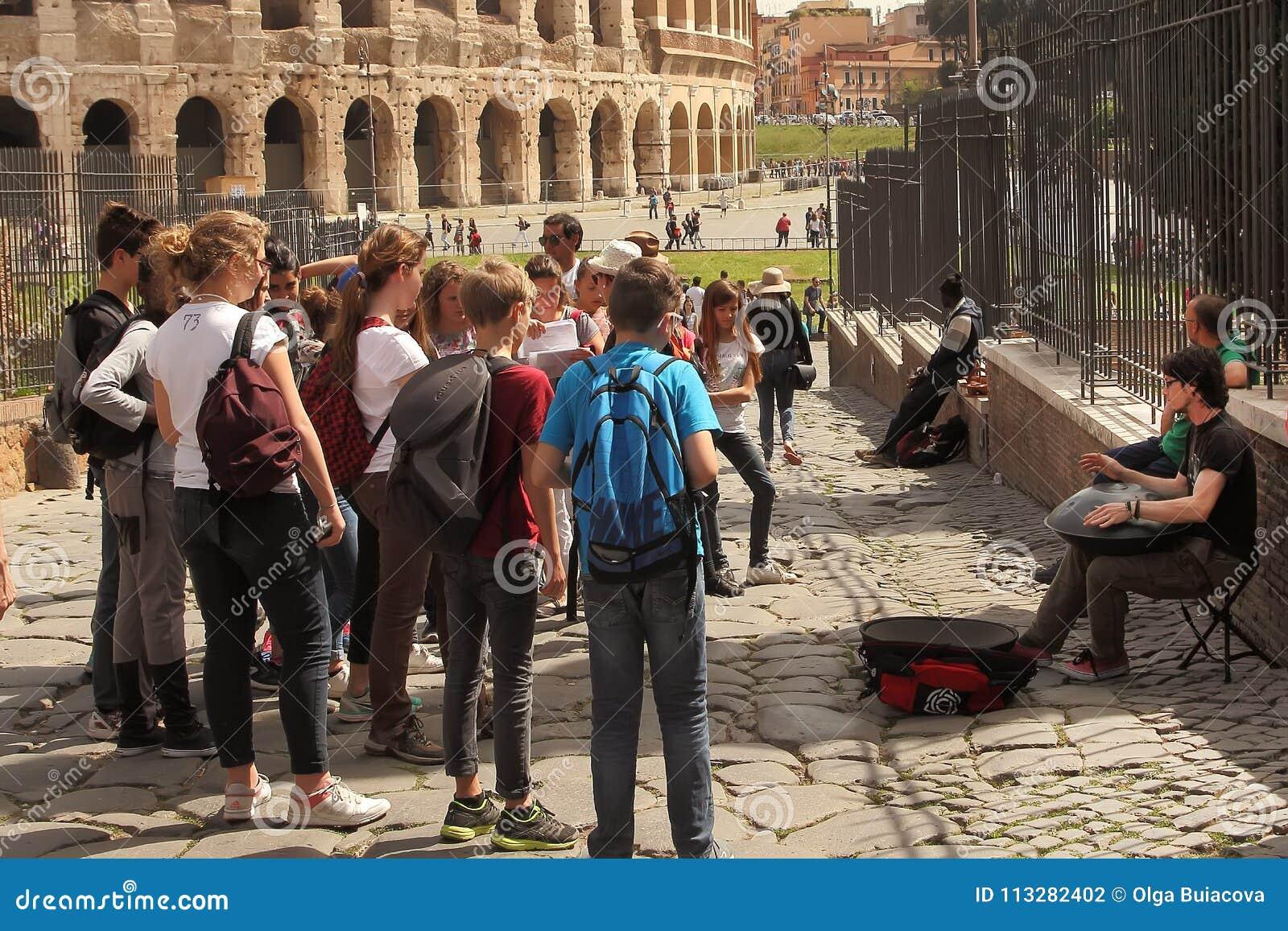 ROMA, ITÁLIA - 7 de abril de 2016 praça Navona, Roma Italy Um grupo