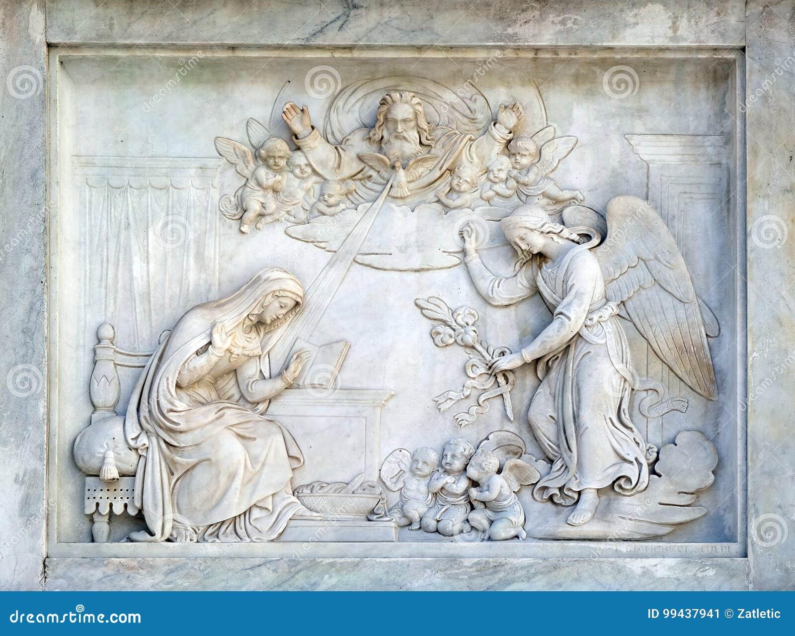 Roma, Itália - 2 de setembro: Aviso da Virgem Maria na coluna da concepção imaculada na praça Mignanelli
