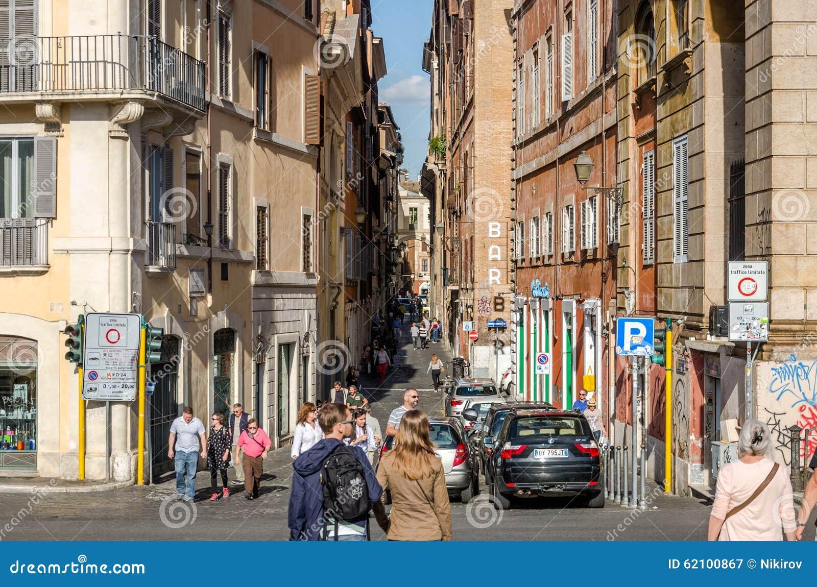 Roma, Itália - em outubro de 2015: Os turistas andam sobre pontes e ruas de Roma antiga em um dia ensolarado do outono