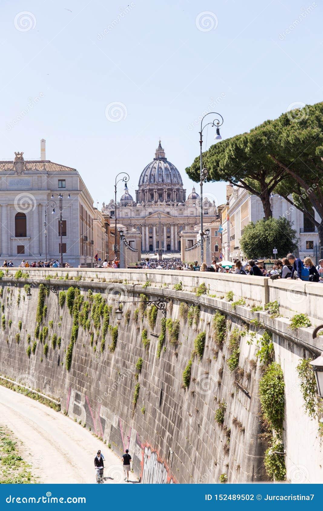 ROMA, ITALIA - 27 DE ABRIL DE 2019: Visión desde la distancia de la basílica de San Pedro del borde de Tíber