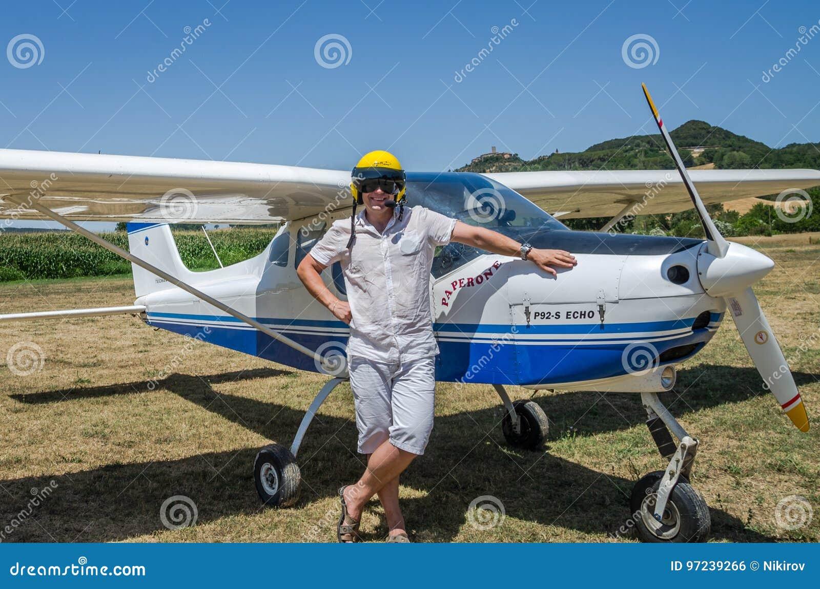 ROMA, ITALIA - JULIO DE 2017: Piloto valeroso del hombre joven en un eco de Tecnam P92-S de los aviones ligeros