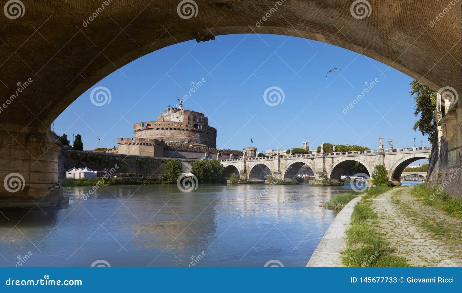 Roma, vista del mausoleo de Hadrian, conocido como Castel Sant 'Ángel