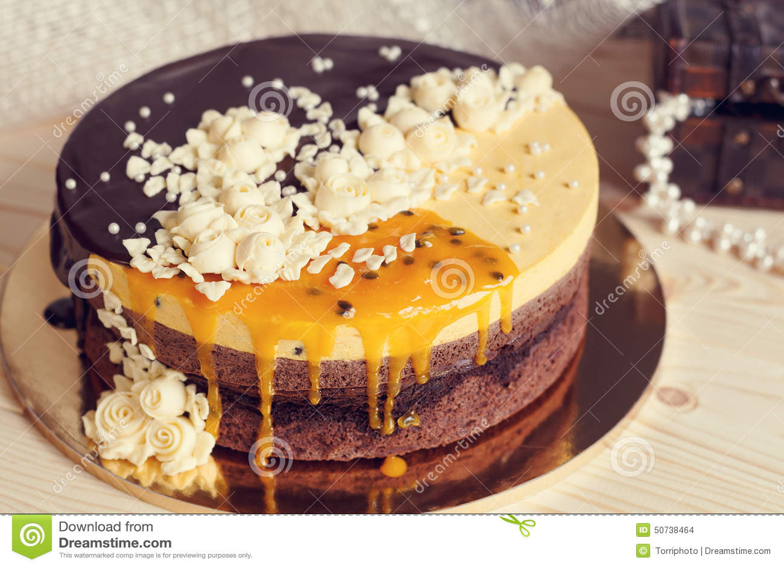 Romaantic Kuchen Mit Schokoladenglasur Sahneblumen Und Mango