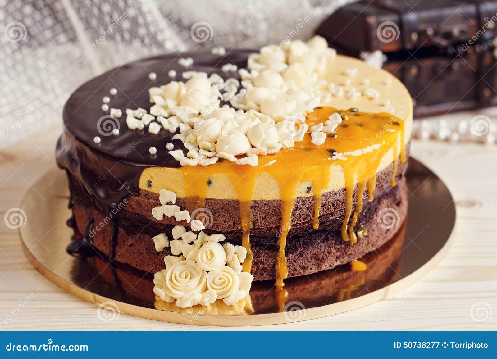 Romaantic Kuchen Mit Schokoladenglasur Sahneblumen Und Mango Pa
