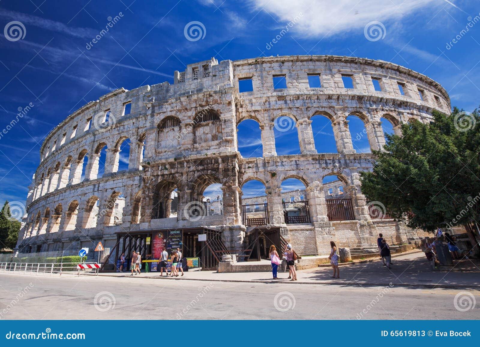 Roman Amphitheater e igreja antigos nos Pula, Istria, Croácia