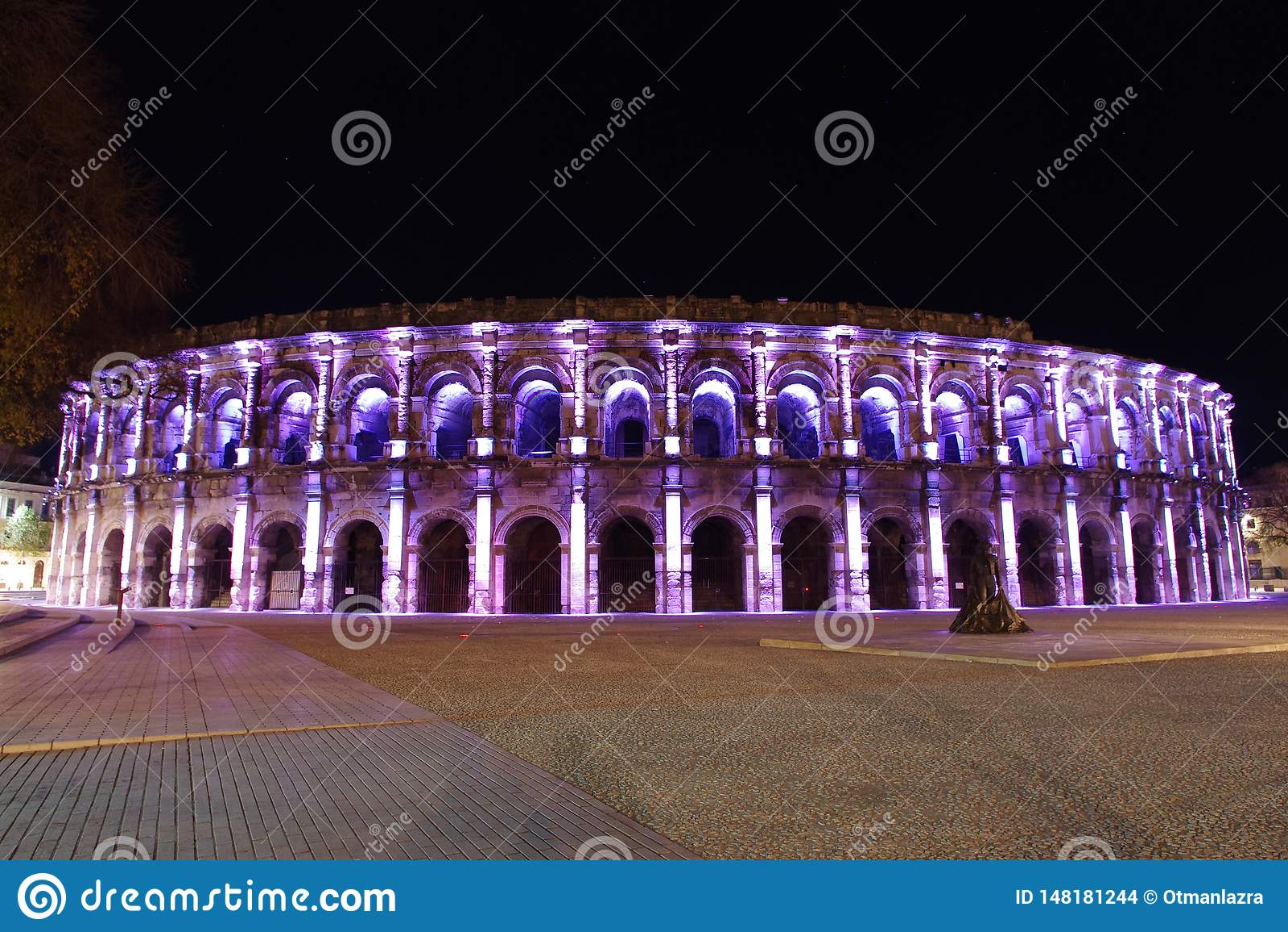Roman Amphitheater em Nimes França iluminado na noite