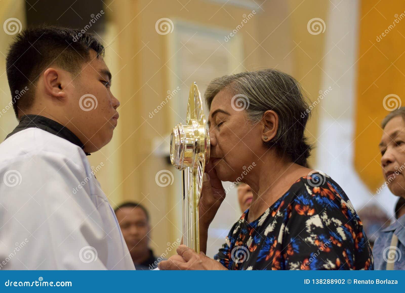 Roman Catholic Women ges sällsynt möjlighet av att kyssa den heliga monstrans under en stadfestlighet
