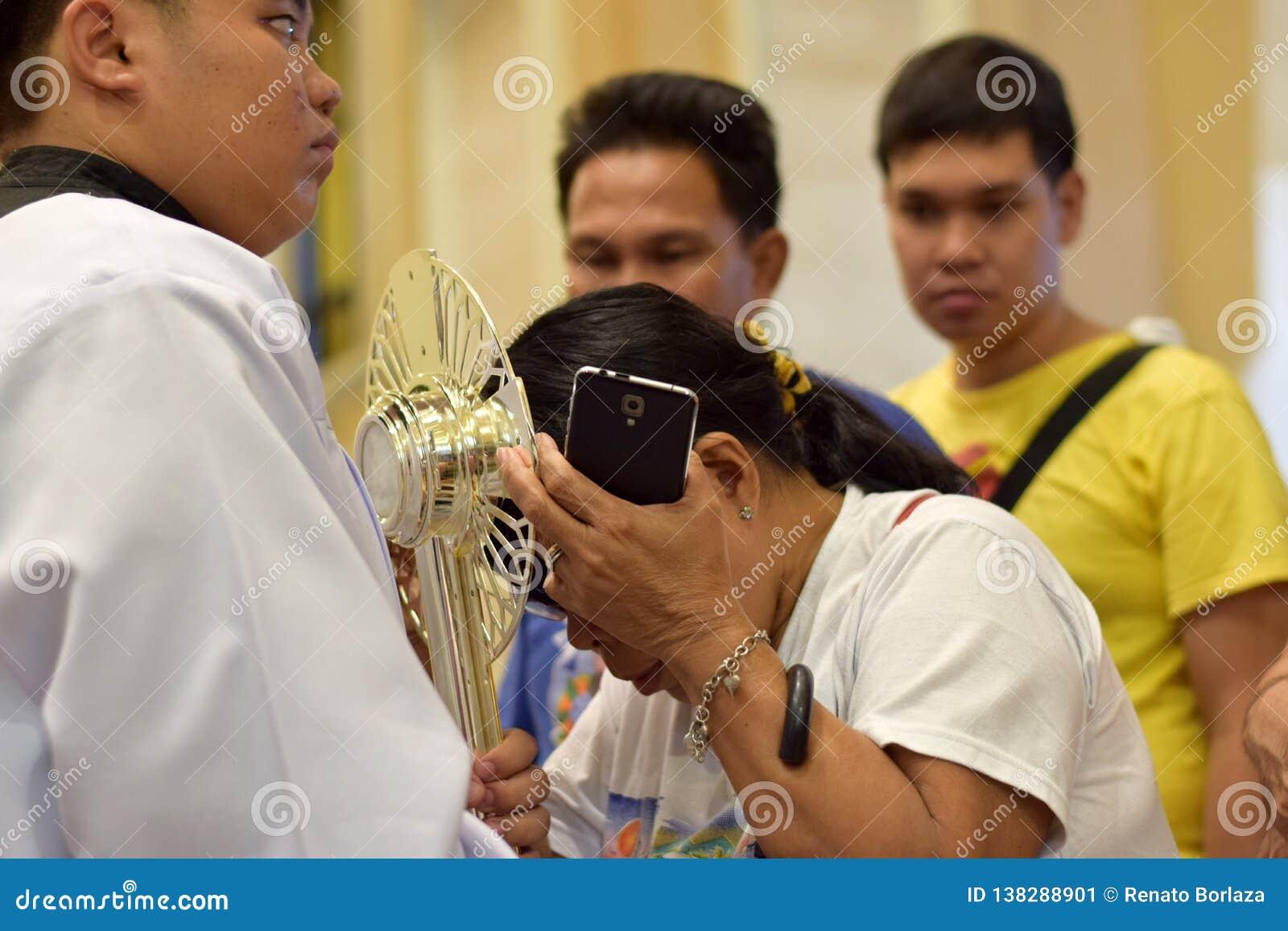 Roman Catholic Women werden seltene Möglichkeit der küssenden heiligen Monstranz während einer Stadtfestlichkeit gegeben