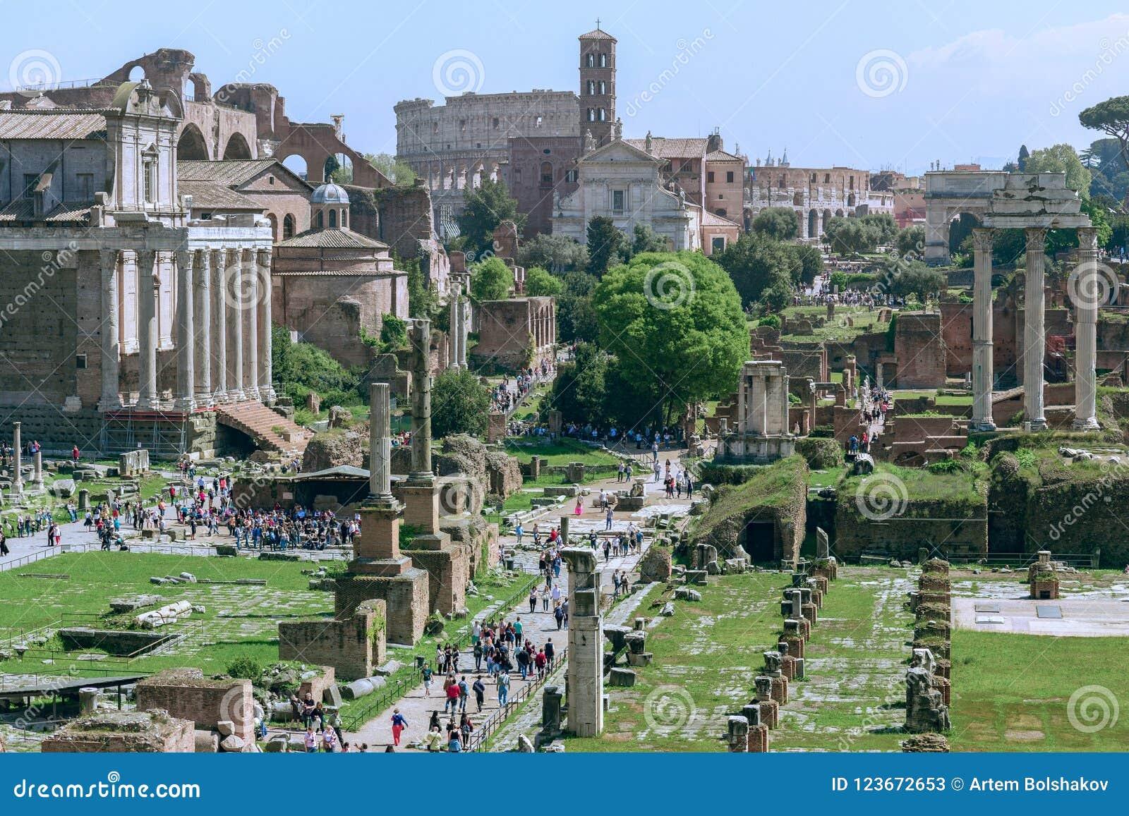 Roman Forum med Colosseumen i bakgrunden, Rome, Ita