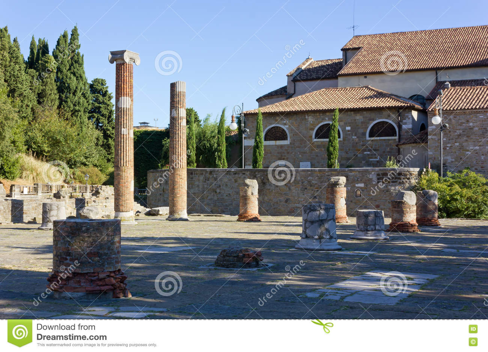Roman Forum Remains en la colina de San Giusto en Trieste
