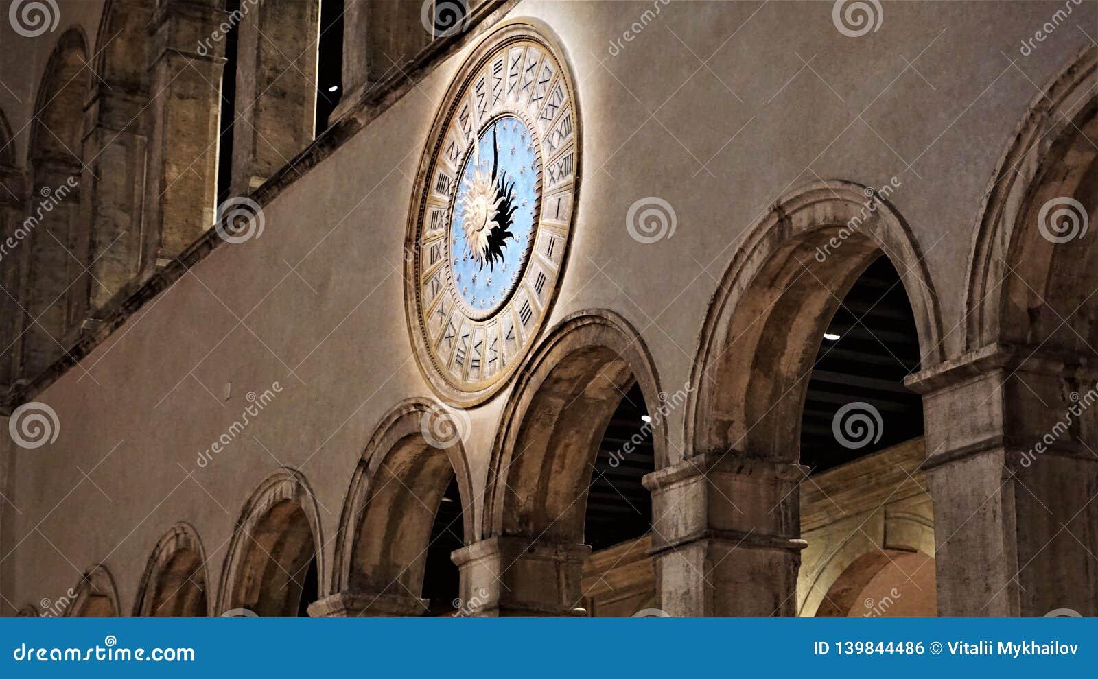 Roman klok in een Venetiaanse warenhuis 'T Fondaco dei Tedeschi 'Venetië, Italië