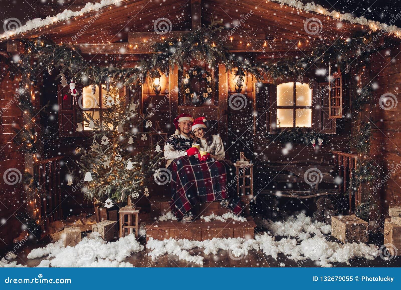Romance do Natal na atmosfera bonita de ano novo da casa dos chapéus de Santa Claus
