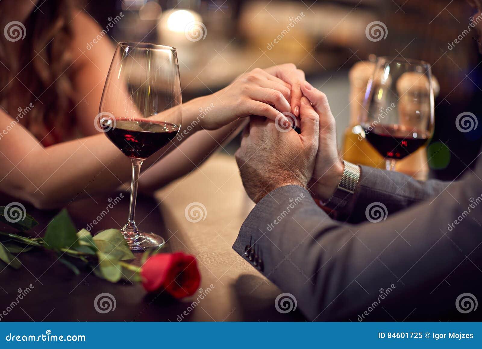 Romance en el restaurante para el Día-concepto del ` s de la tarjeta del día de San Valentín