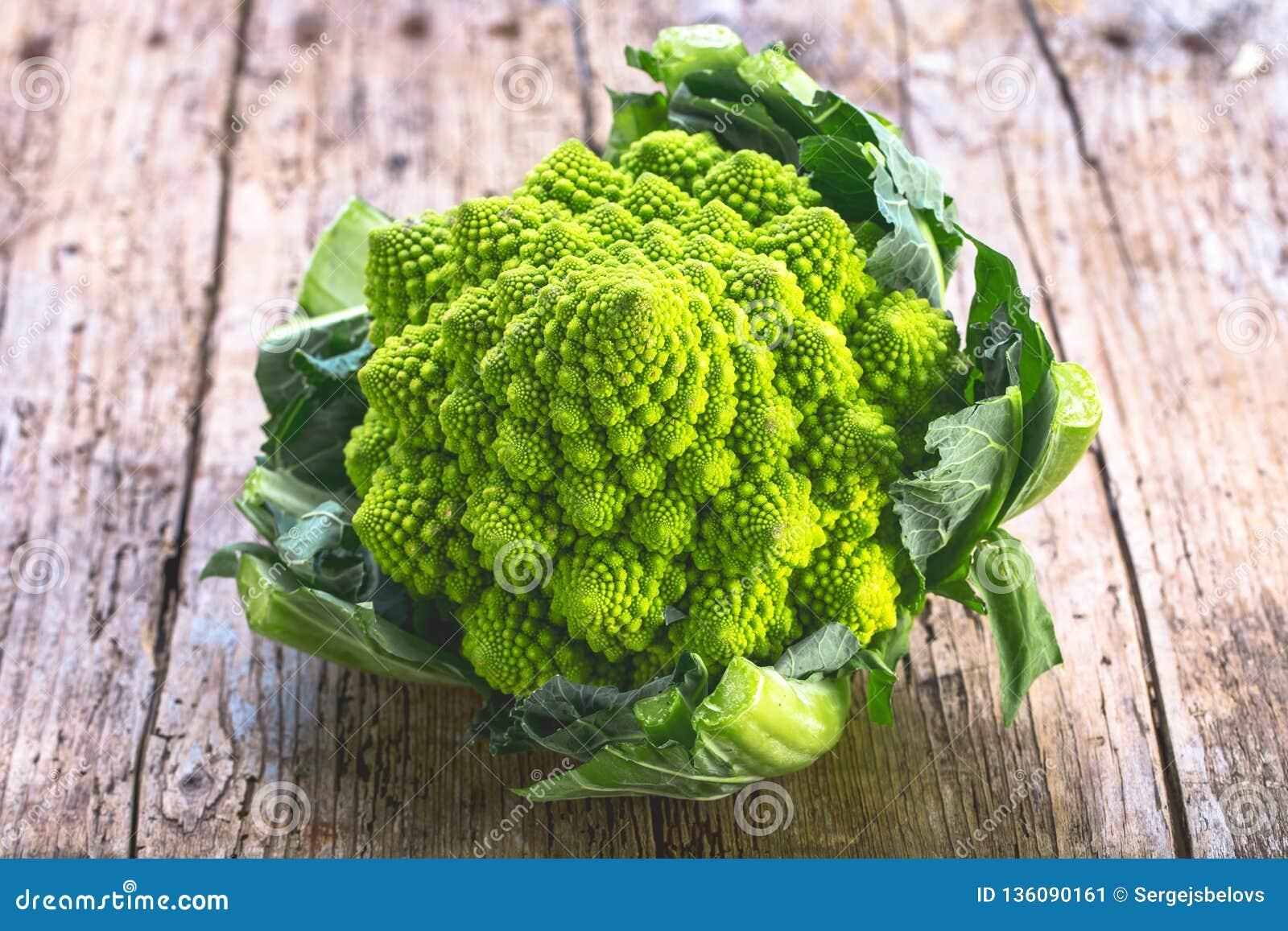 Romanesco-Brokkoligemüse stellt ein natürliches Fractalmuster dar und ist in den vitimans reich