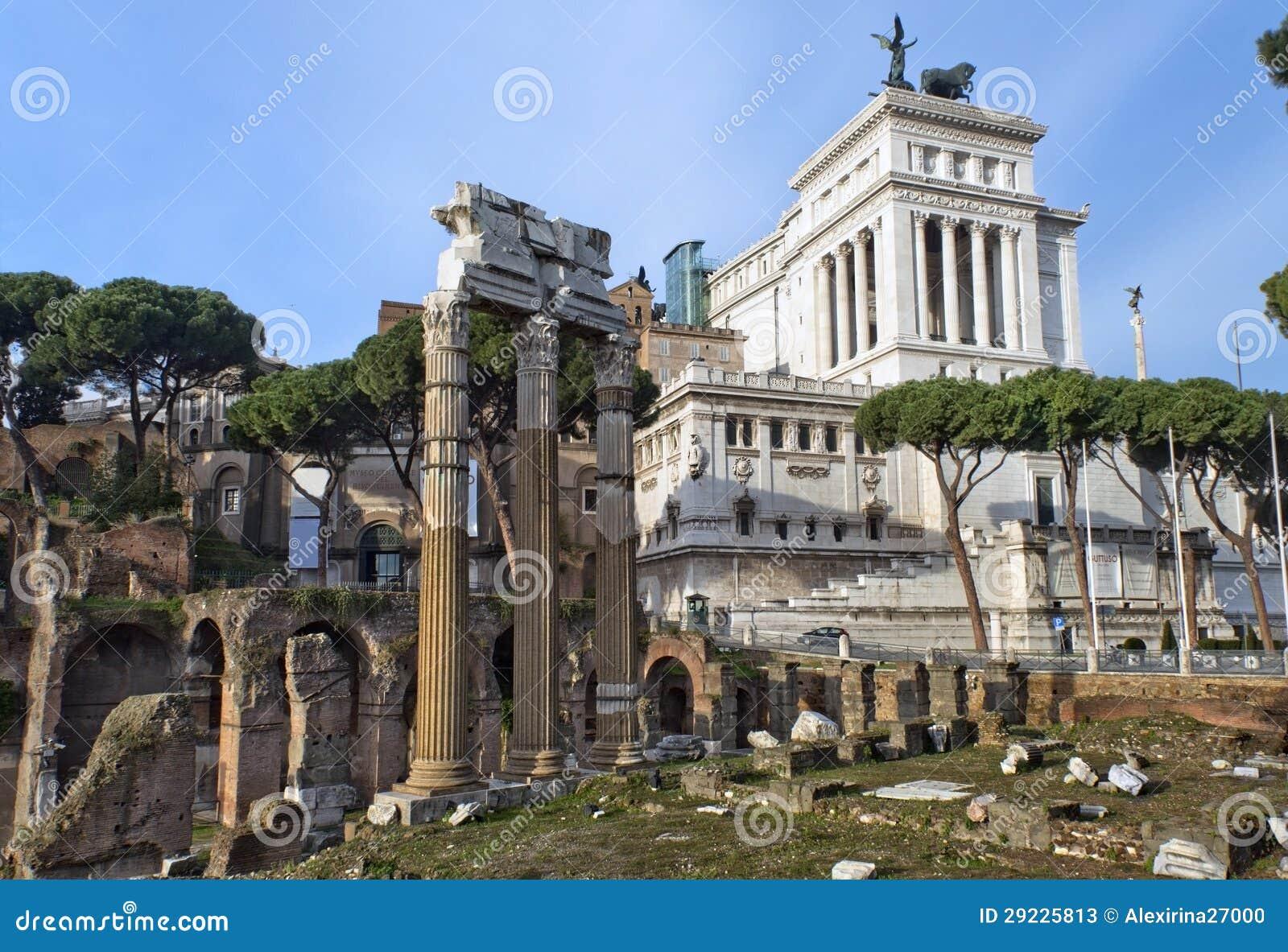 Download Romano Do Fórum E O Monumento Ao Vencedor Emmanuel II, Roma Imagem de Stock - Imagem de heritage, histórico: 29225813