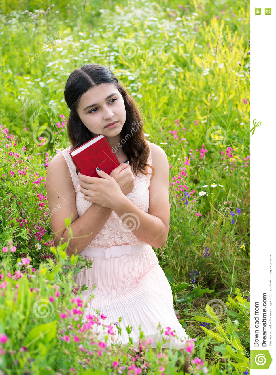 sød billig bedste grossist Forenede Stater Romantic Girl With Red Book On Nature Stock Photo - Image of ...