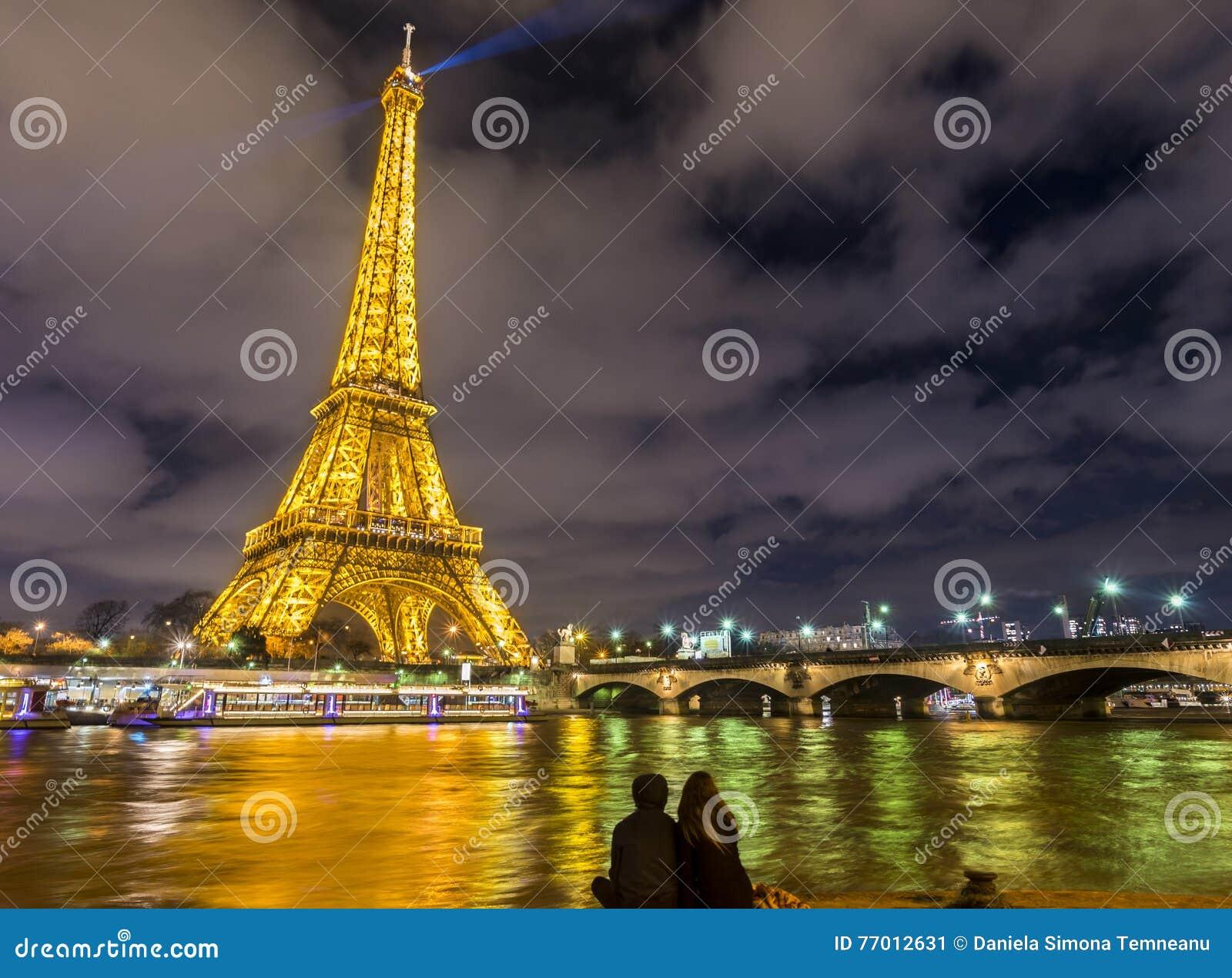 Romantic night scene in paris at the eiffel tower for Romantic evening in paris