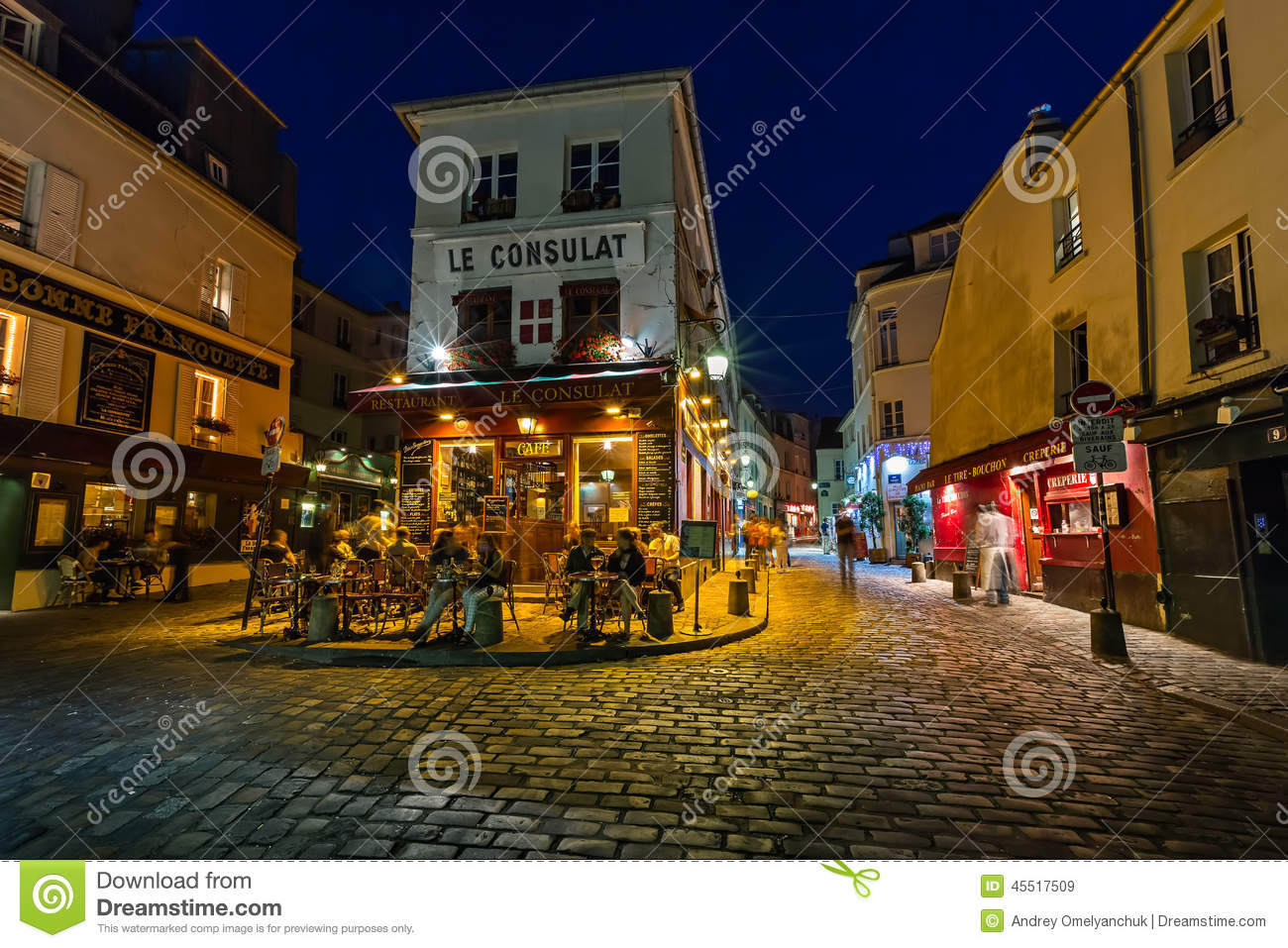 Romantic paris cafe on montmartre in the evening paris for Le miroir restaurant montmartre