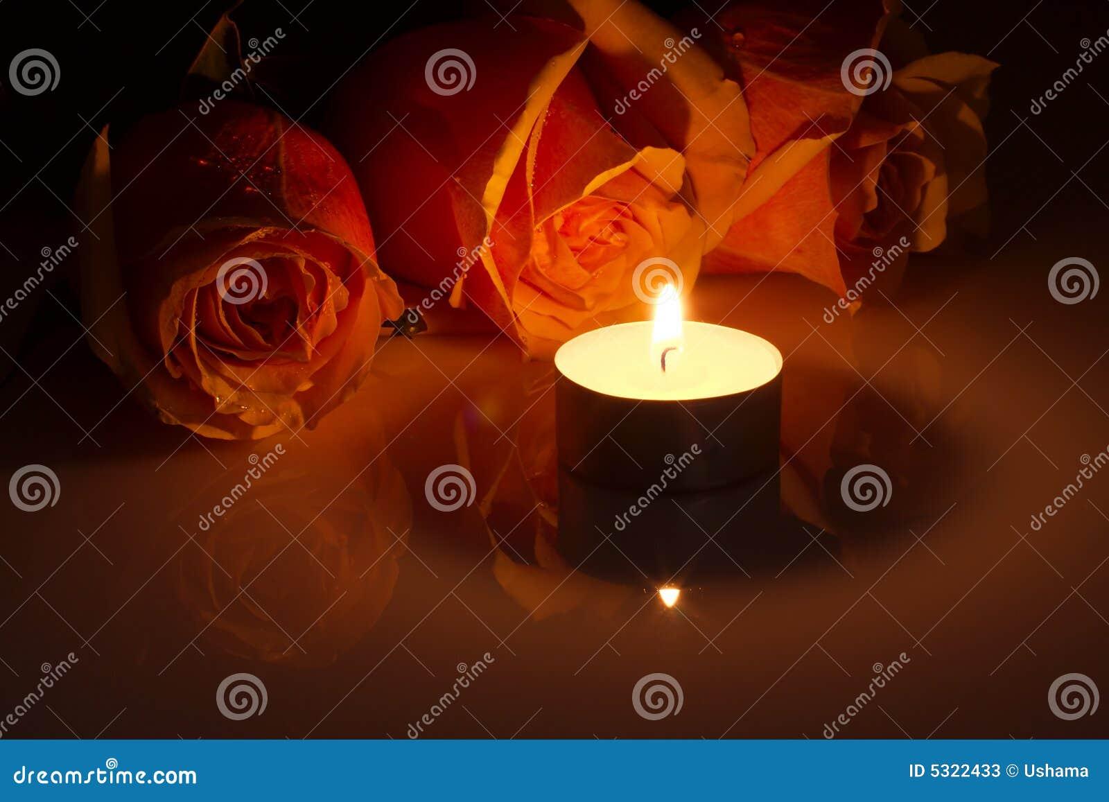 Download Romantico: Rose Arancioni Nel Lume Di Candela Immagine Stock - Immagine di bruciarsi, scuro: 5322433