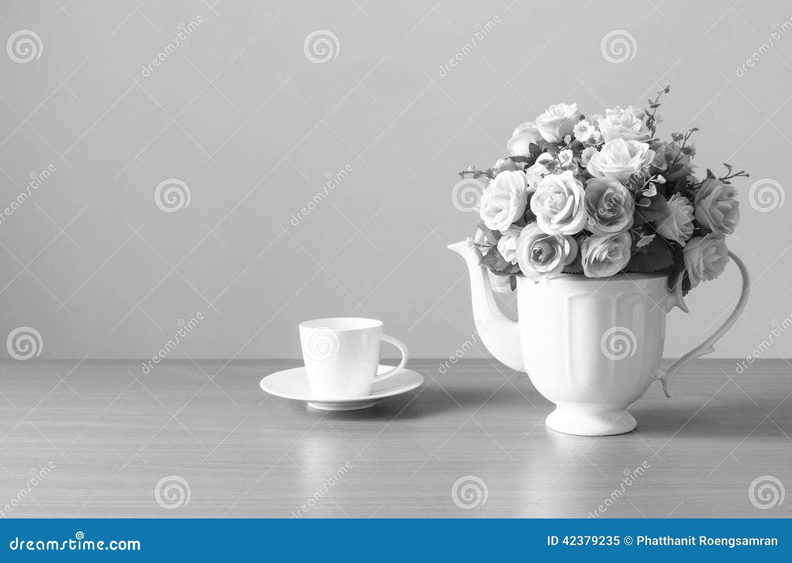 Romantico un mazzo delle rose in brocca bianca con la - Un ampolla sulla tavola ...