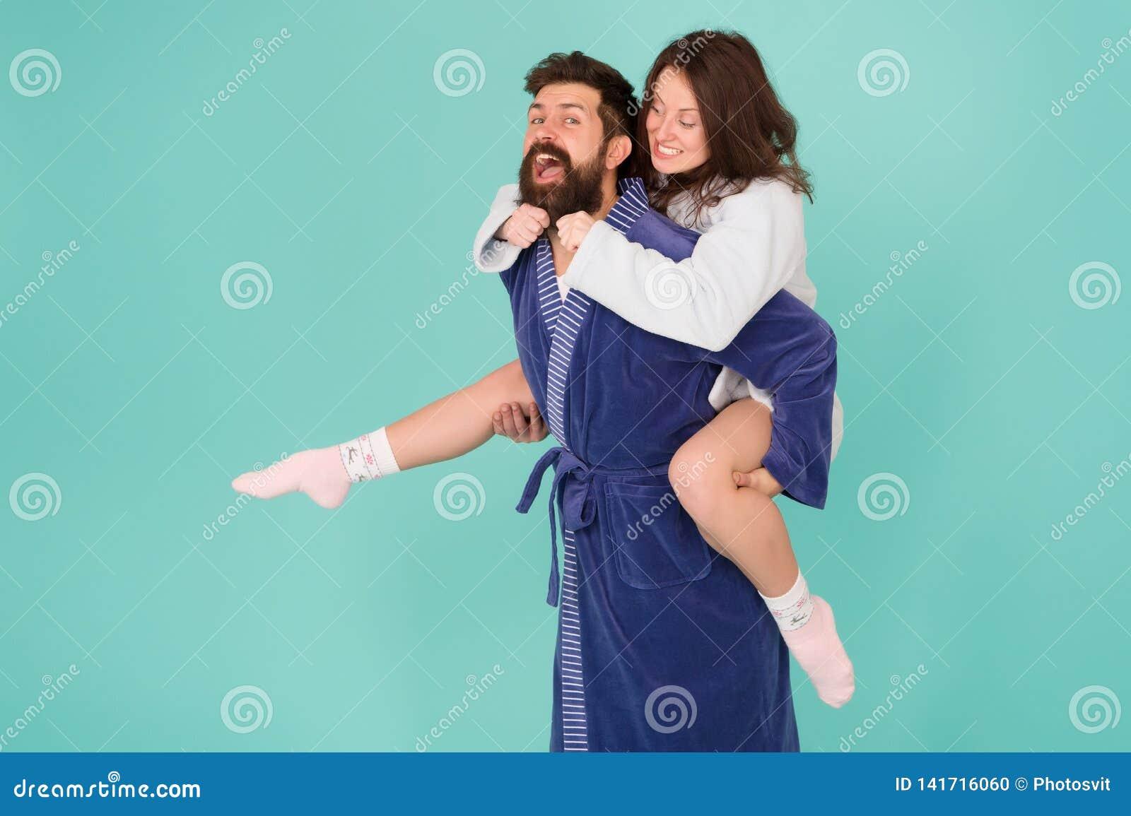 Romantinc para w miłości szczęśliwa rodzina kobieta i mężczyzna w kontuszu Perfect ranek dziecka ojca zabawa ma bawić się wpólnie