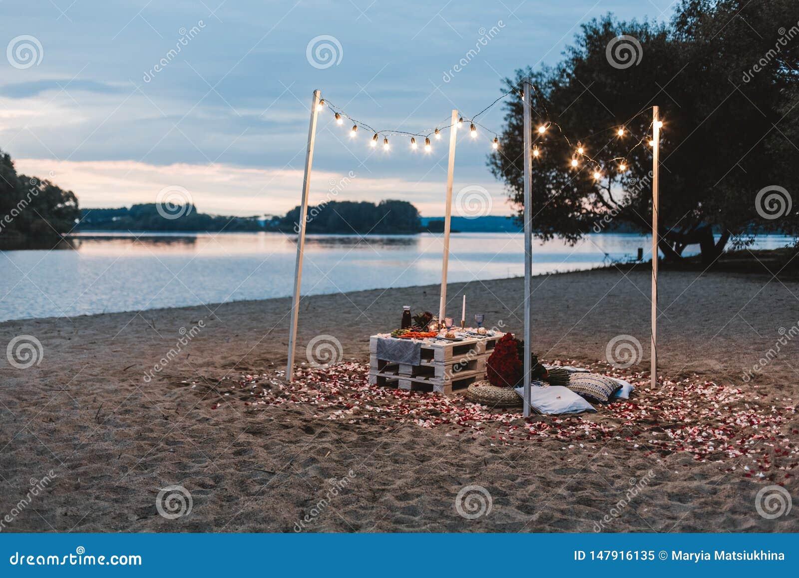 Romantisch diner bij het strandconcept