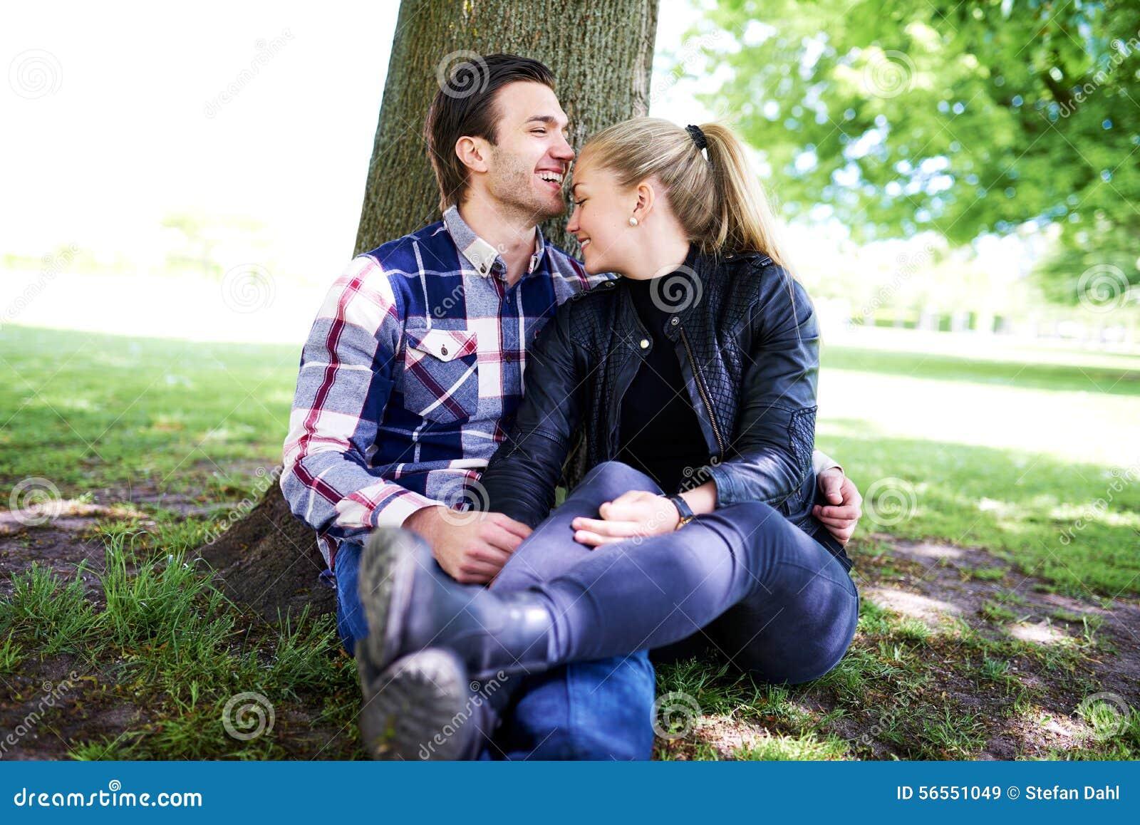 Romantisch jong paar die van een vertrouwelijk ogenblik genieten