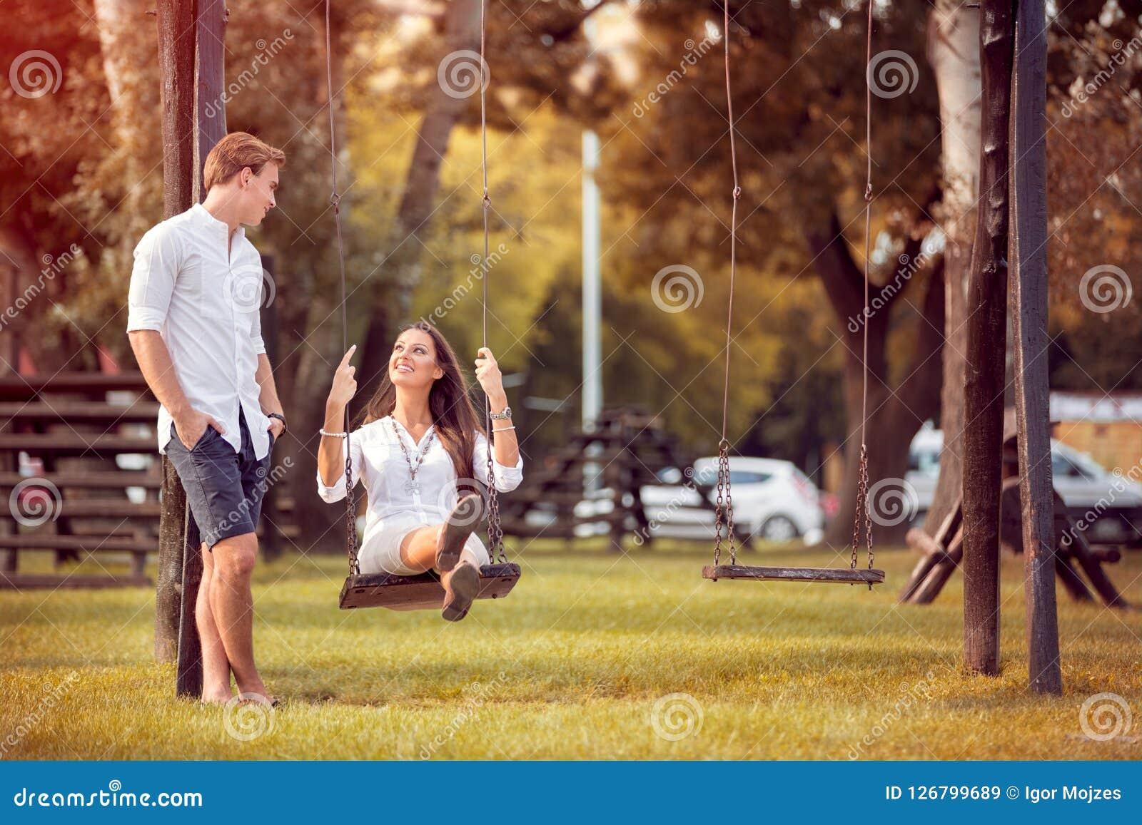 Romantisch paar in de parkherfst