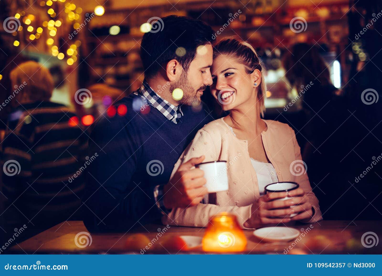 Romantisch paar die in bar bij nacht dateren
