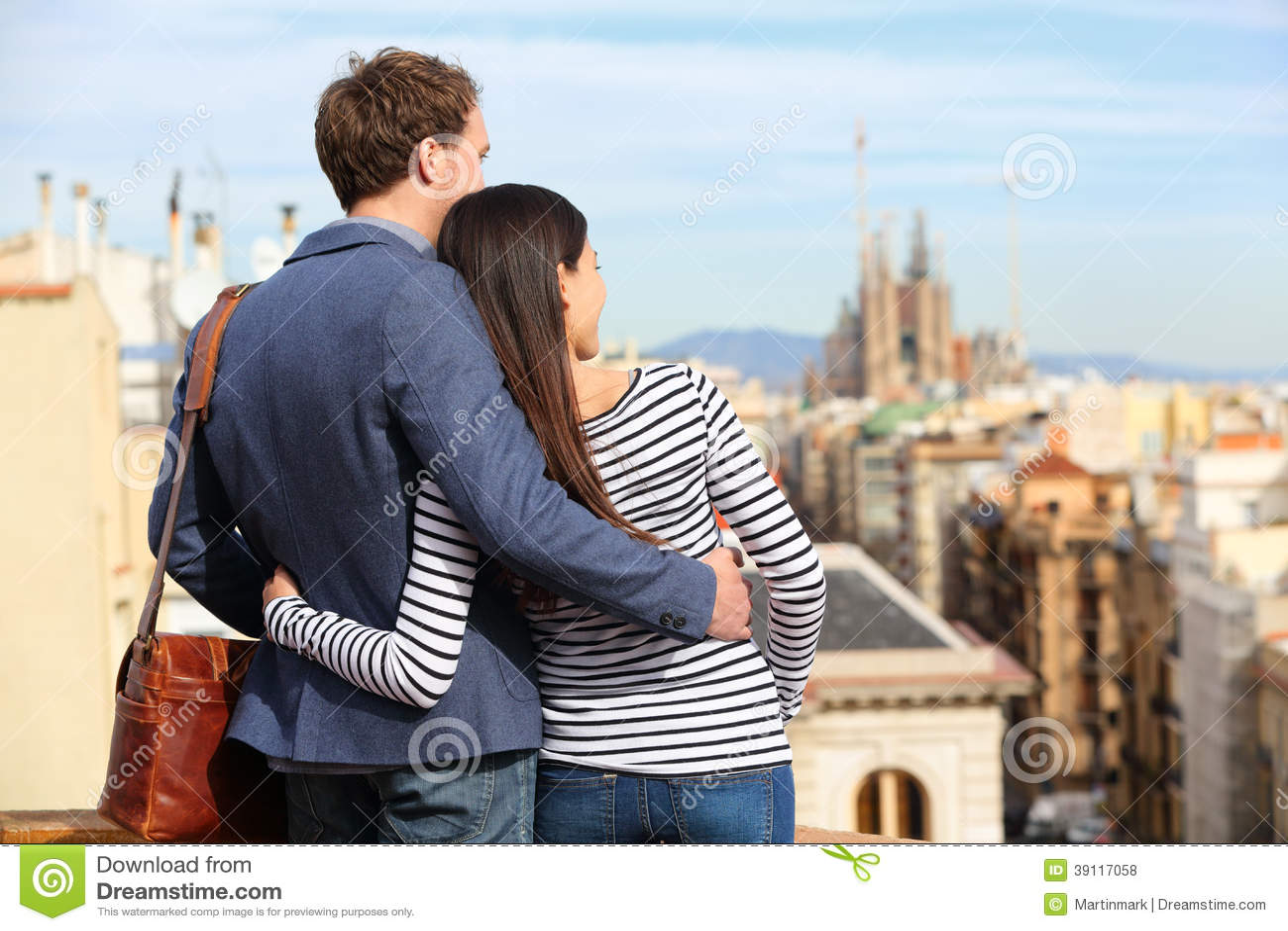 Romantisch paar die mening van Barcelona bekijken