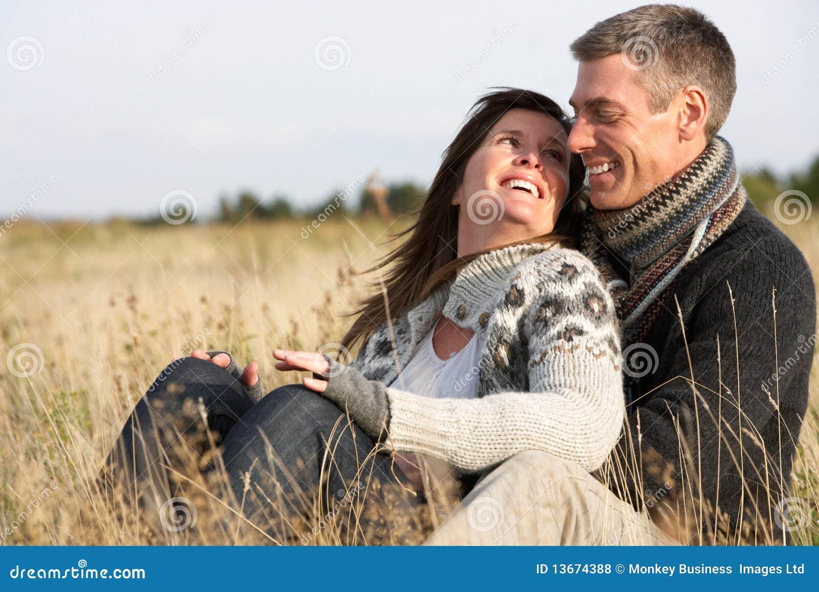 Romantisch Paar in het Landschap van de Herfst
