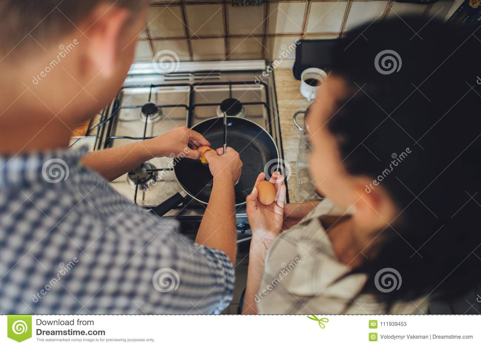 Romantisch paar in liefde het besteden tijd samen in keuken