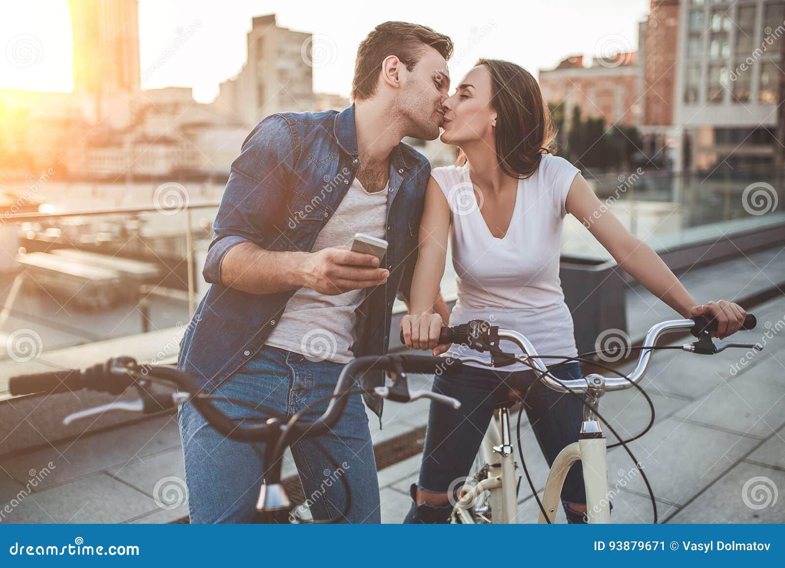 Romantisch paar met fietsen in de stad
