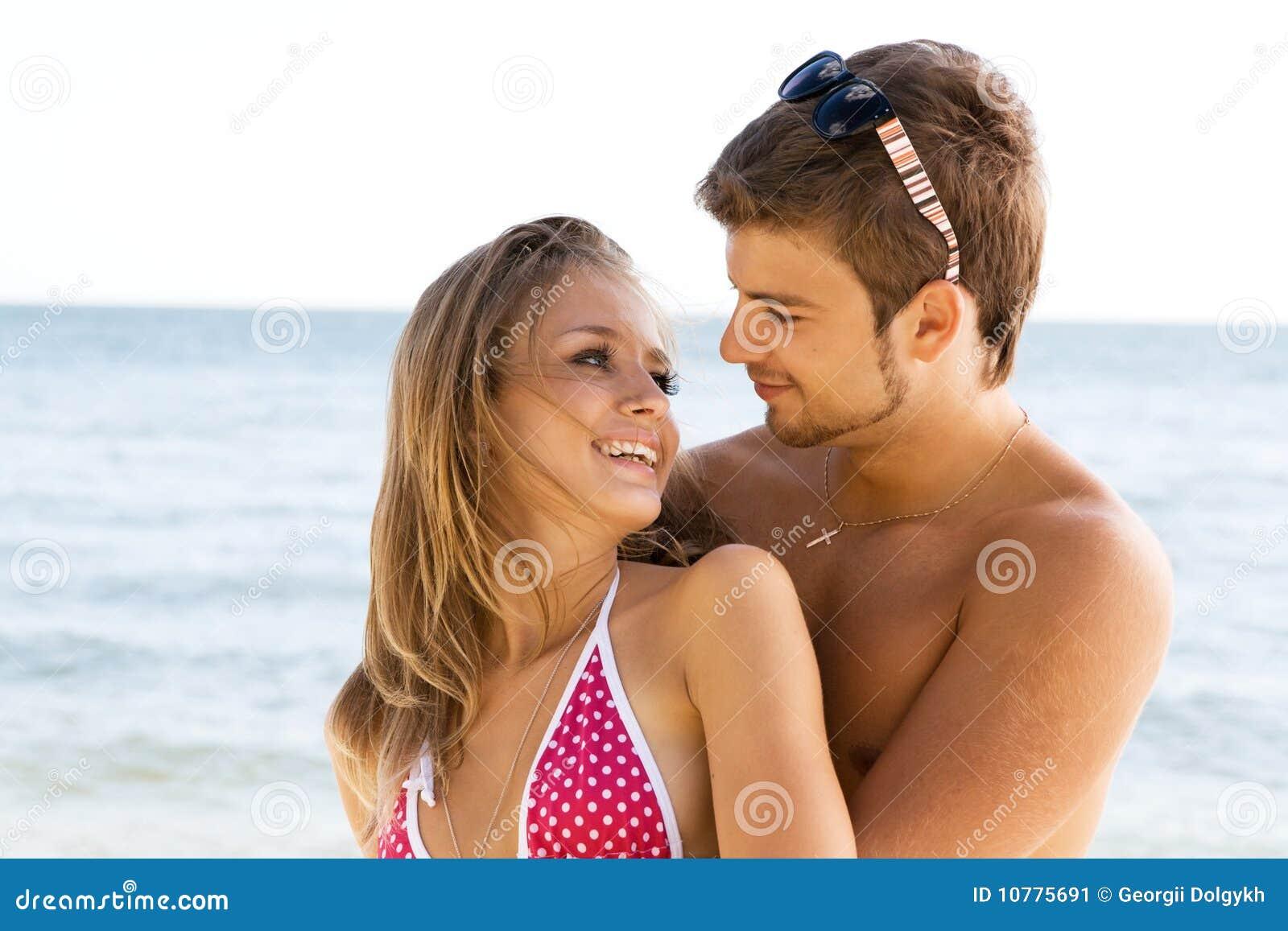 Romantisch paar op de kust