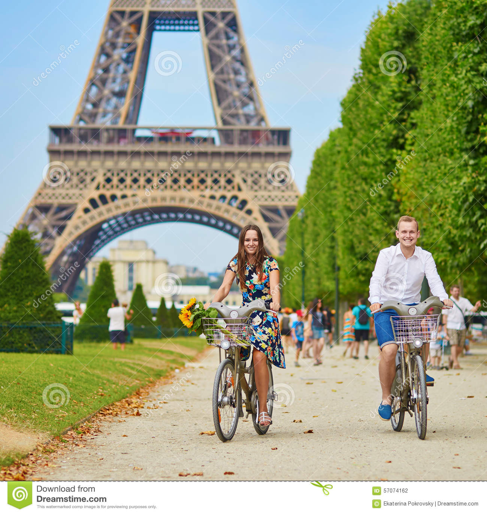 Romantisch paar in Parijs op een de zomerdag