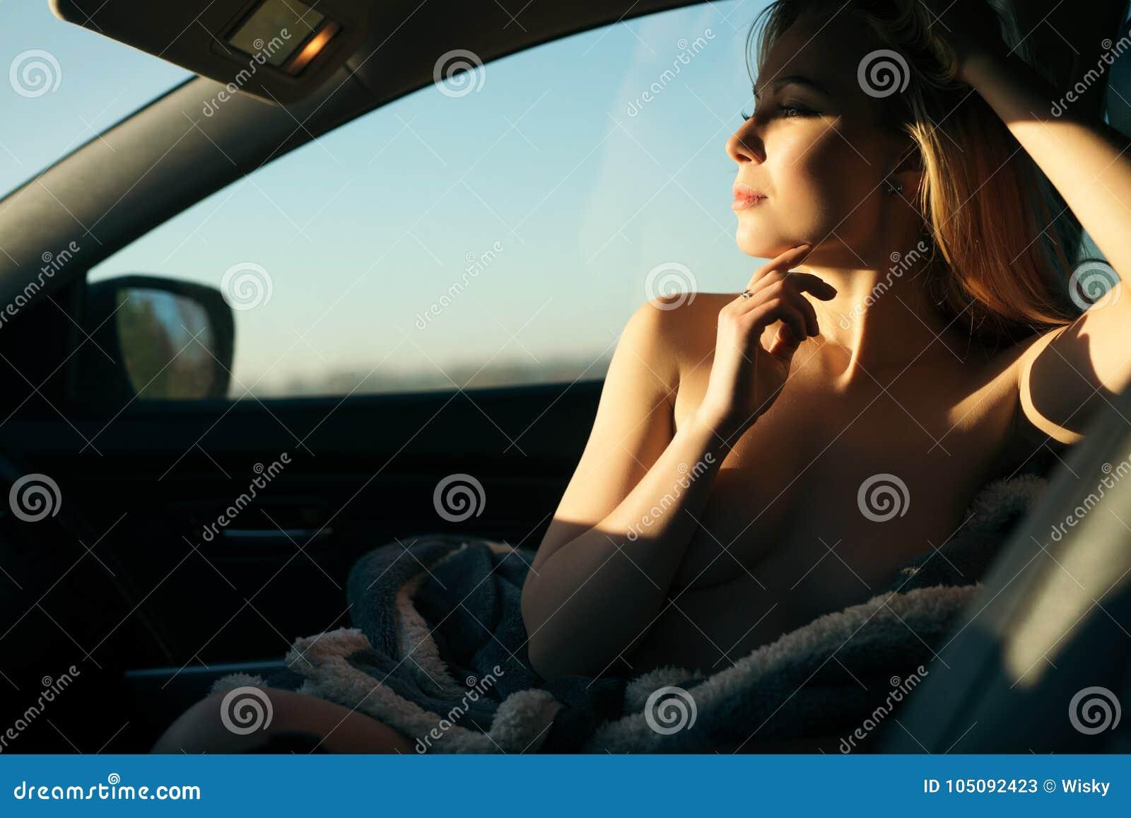 Romantisch Schot Van Een Naakte Vrouwenzitting In Een Auto Stock Afbeelding Image Of Gelukkig Manier 105092423