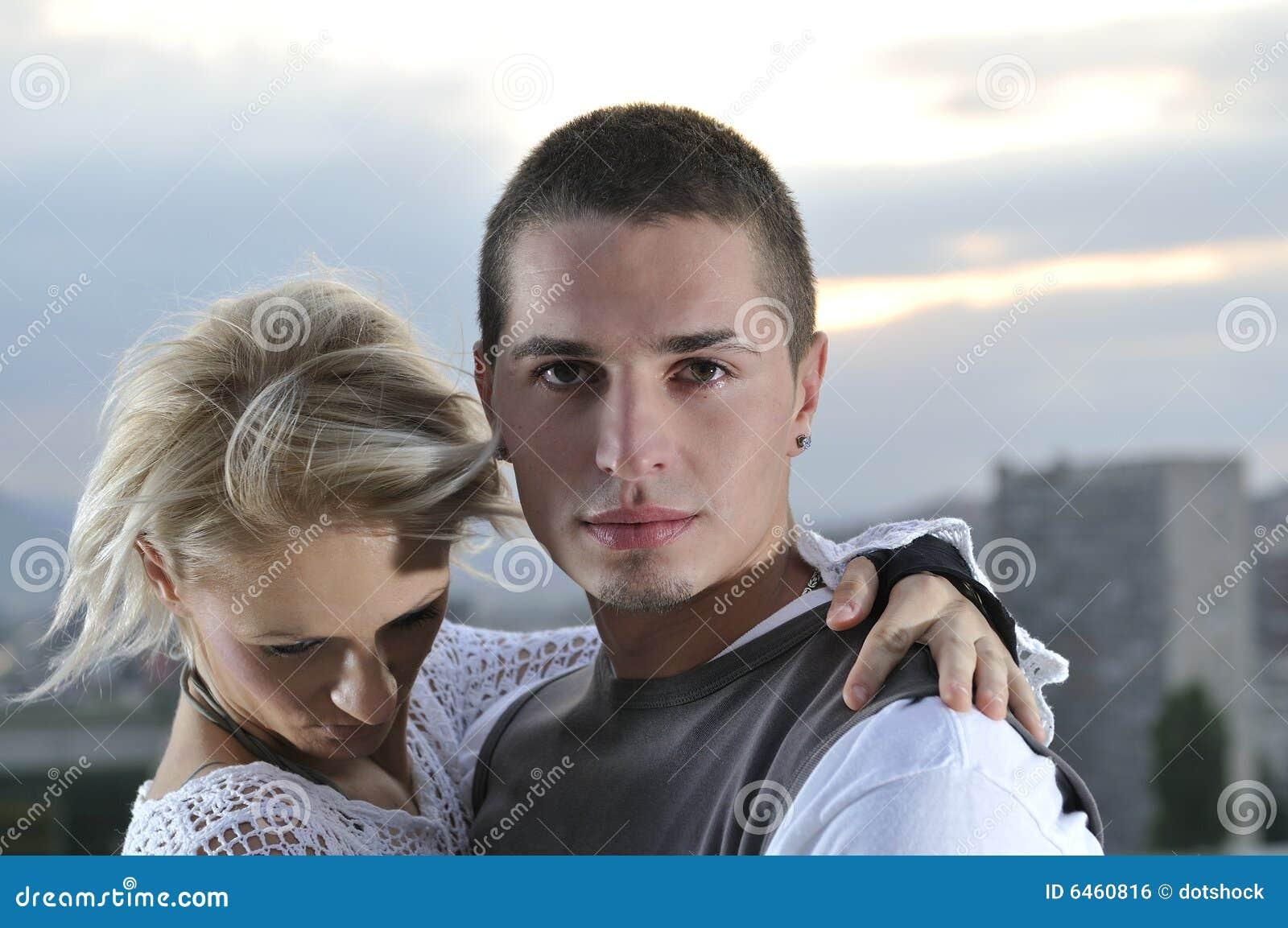 Romantisch stedelijk jong paar