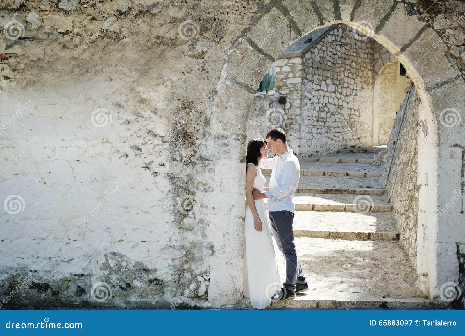 Romantisch teder paar in huwelijksdag in Sperlonga, Italië