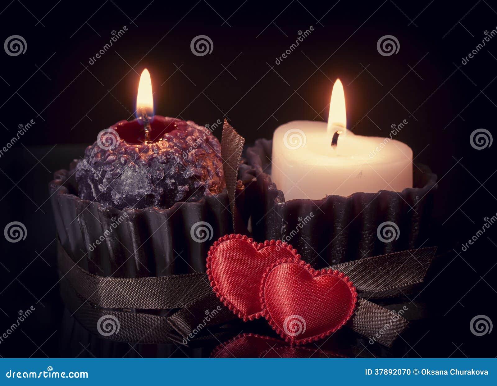 Romantische achtergrond met harten en kaarsen