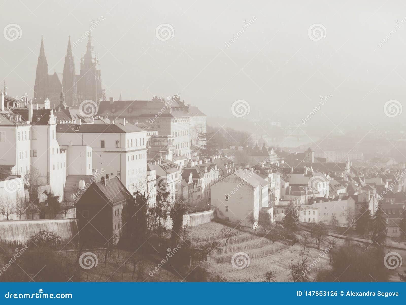 Romantische Ansicht über Praga von oben Sepia getonte Karte im Weinleseretrostil