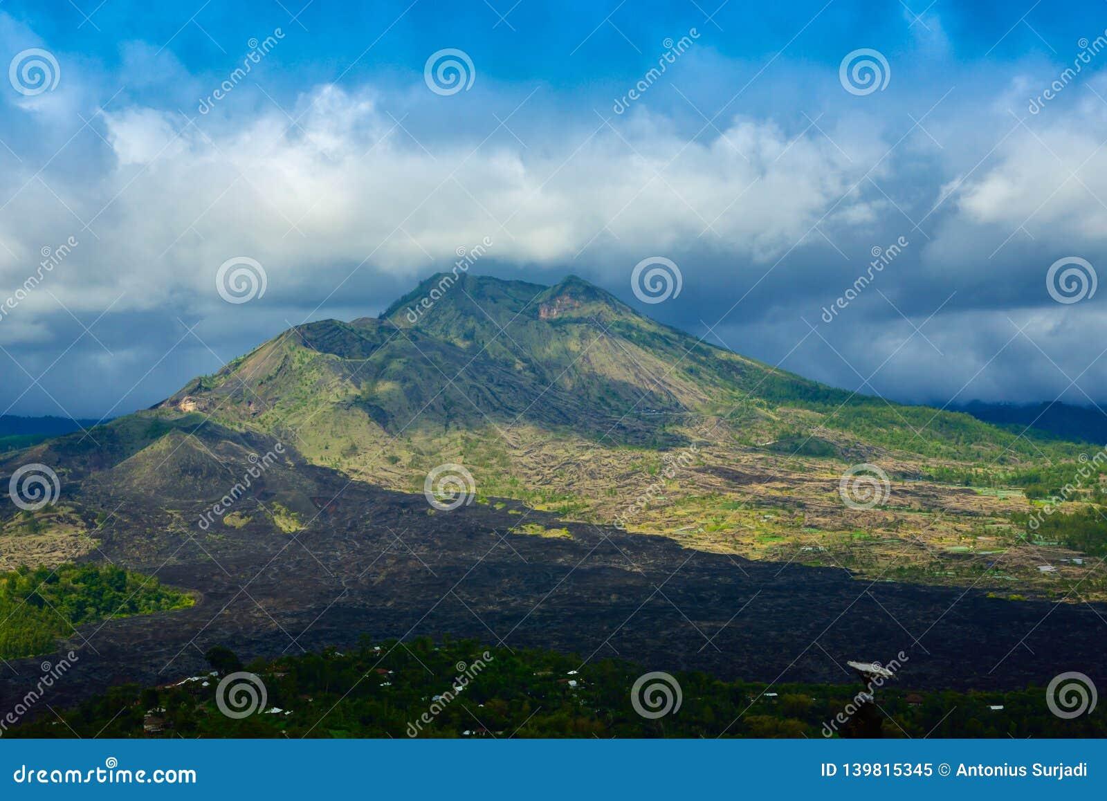 Romantische Ansicht des ausgezeichneter Gebirgs- und des grünen Regenstropischen Waldes unter bewölktem blauem Himmel