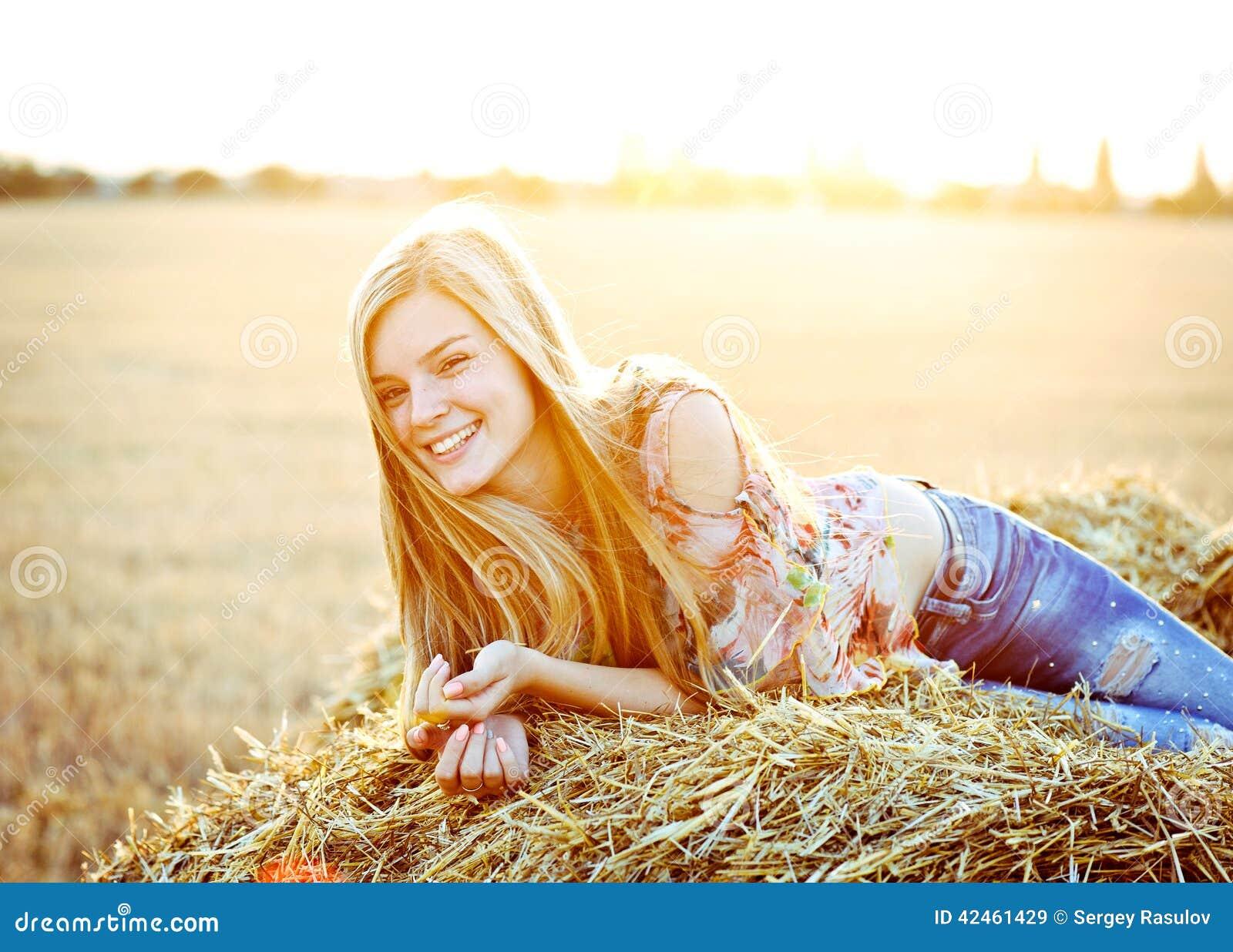 Romantische Aufstellung der jungen Frau im Freien