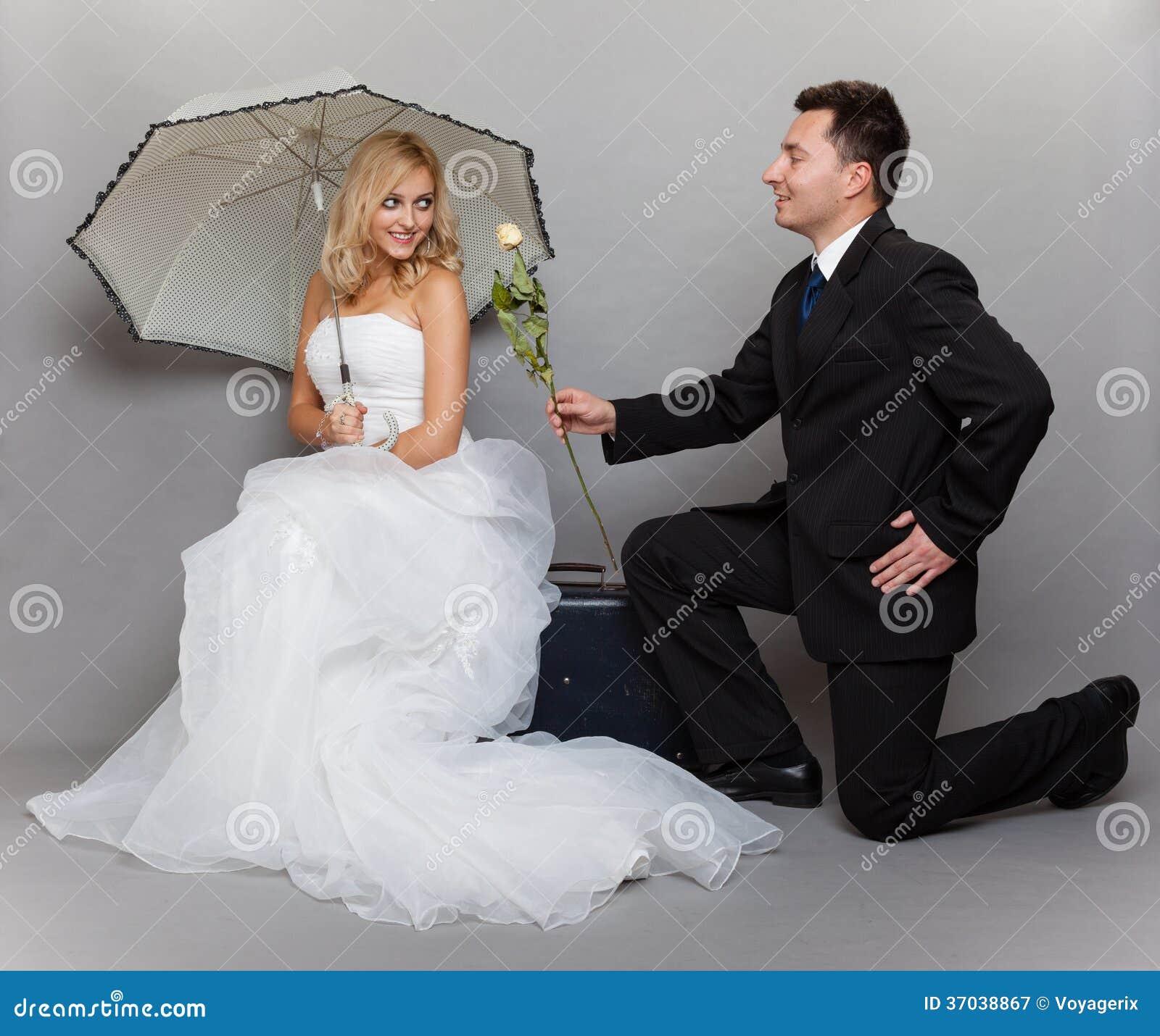 Romantische Braut und Bräutigam des verheirateten Paars mit stiegen